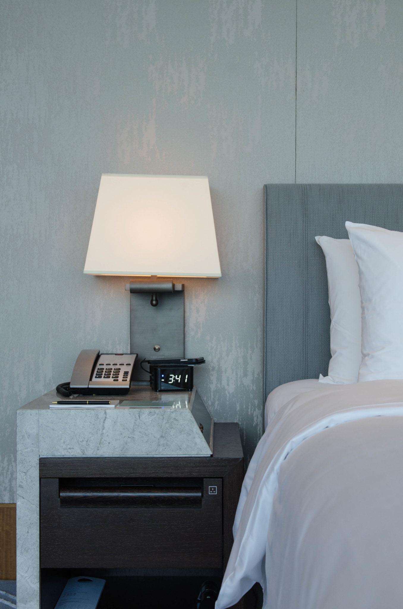 Die Zimmer im Kerry Hotel Hong Kong sind groß und gemütlich.