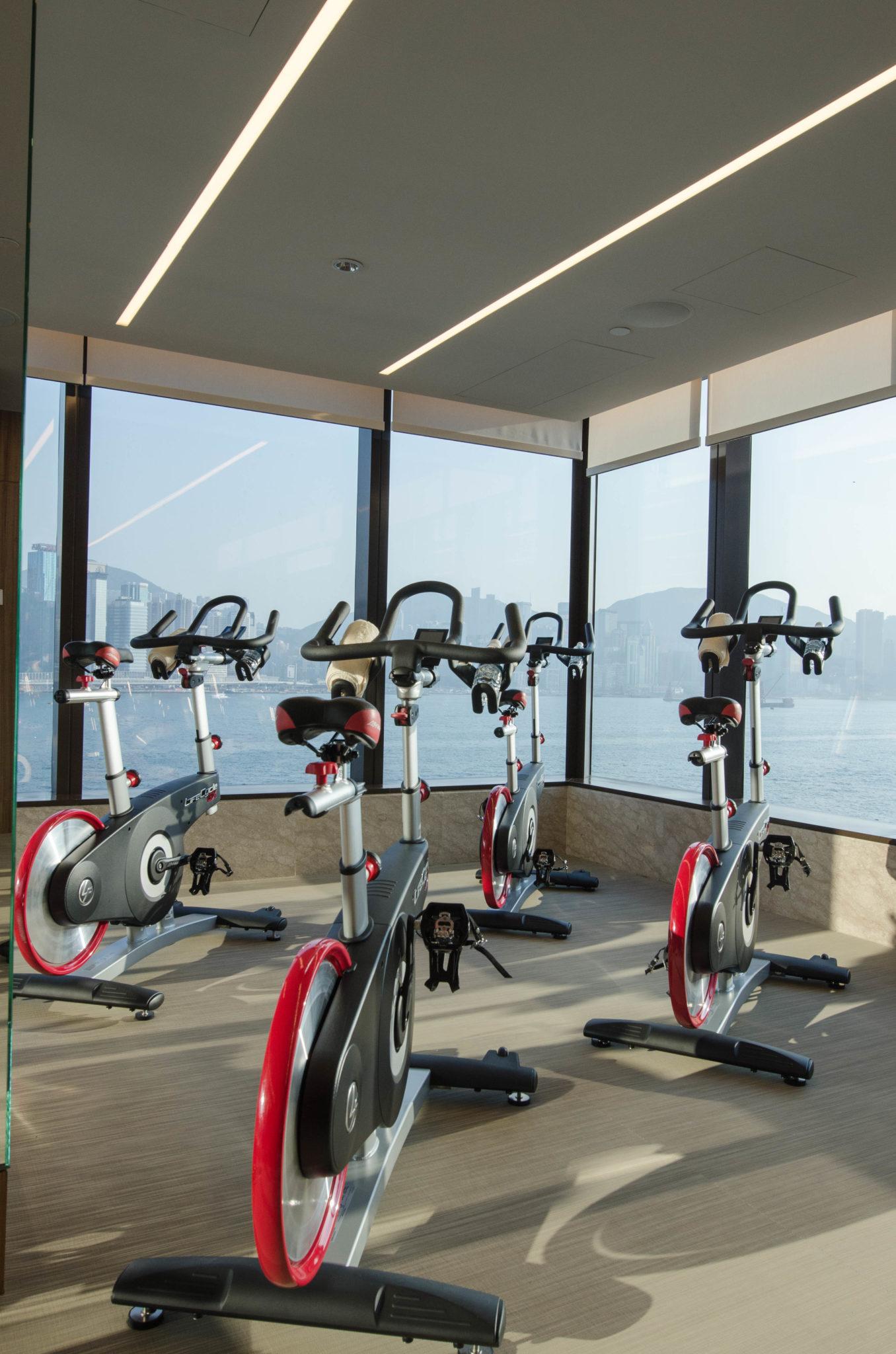 Der Fitnessbereich im Kerry Hotel Hong Kong hat Fahrräder und moderne Geräte.