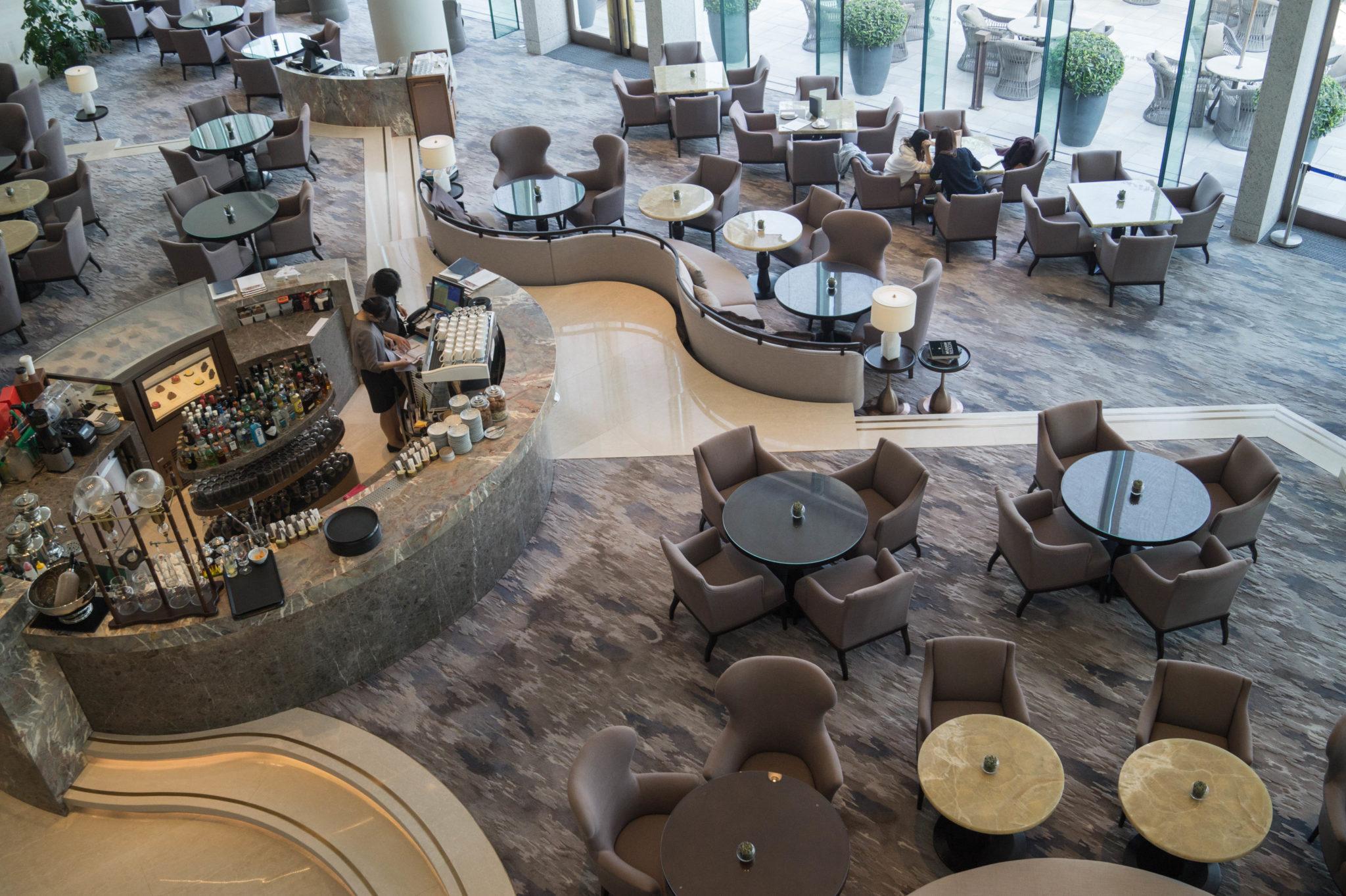 Die Rezeption vom Kerry Hotel Hong Kong ist groß und trotzdem gemütlich.