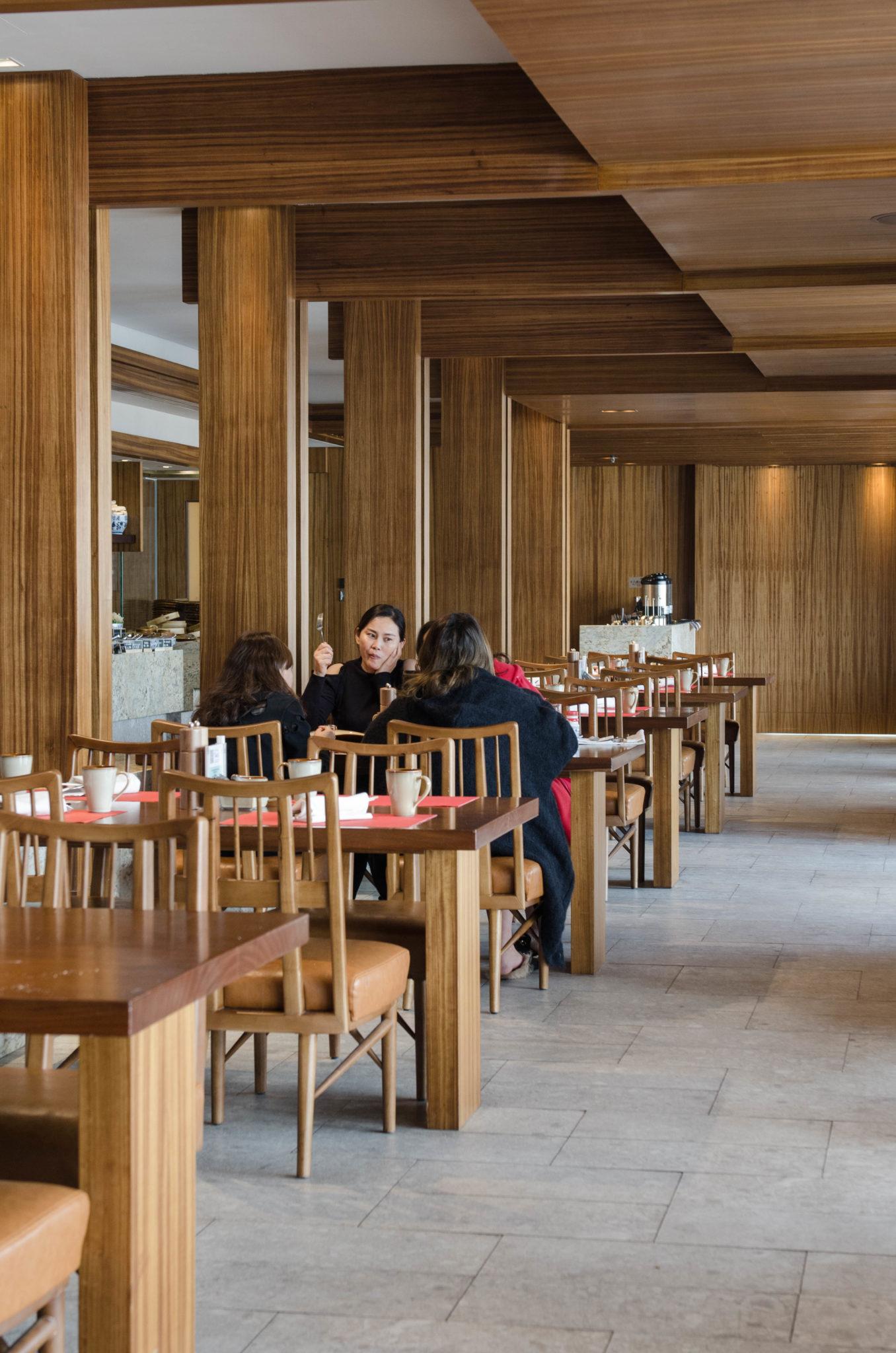 Im Kerry Hotel Hong Kong gibt es mehrere Restaurants und den Streetfoodbereich Dockyard.