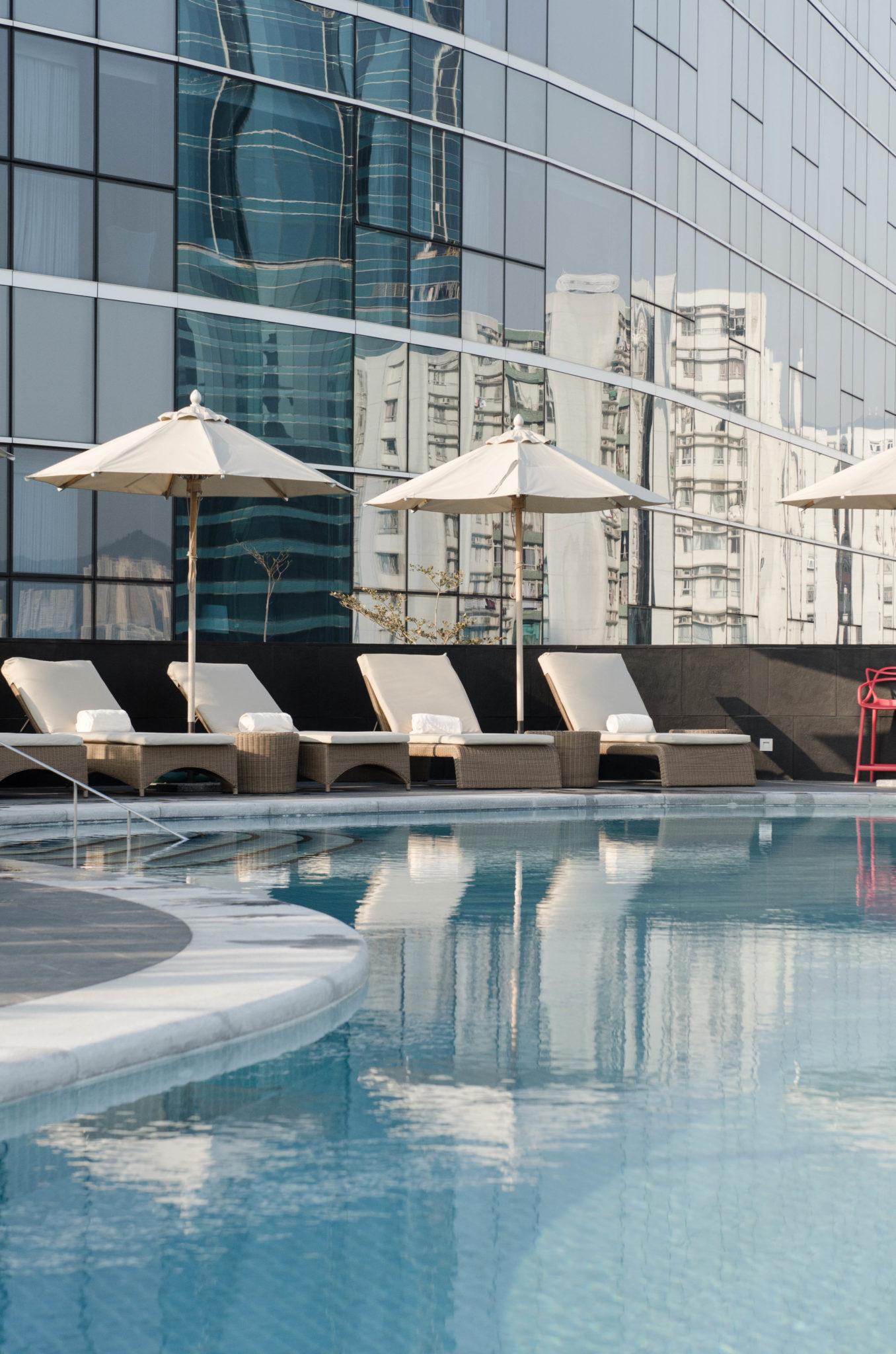 Im Pool des Kerry Hotel Hong Kong kann man sich entspannen.