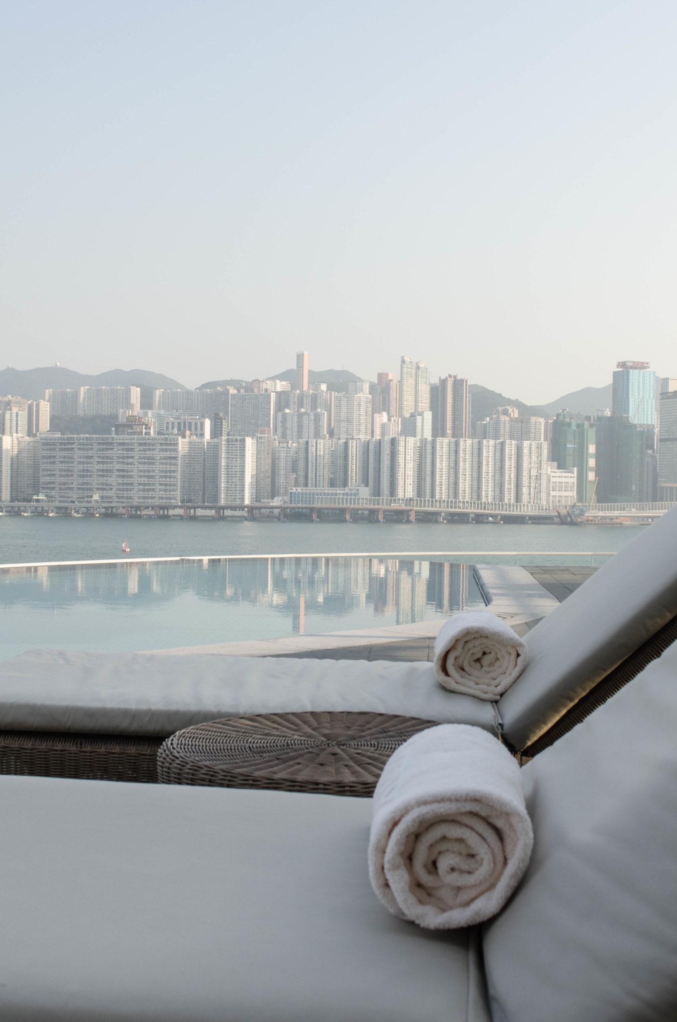Der Poolbereich im Kerry Hotel Hong Kong ist groß und hat eine wunderbare Aussicht.