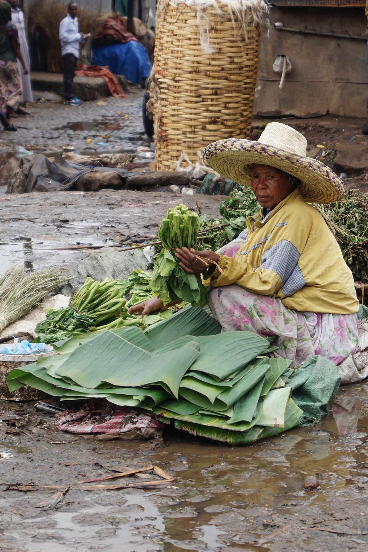 Äthiopien Norden: Die Dame hier verkauft Gemüse auf dem großen Mercato in Addis Abeba.