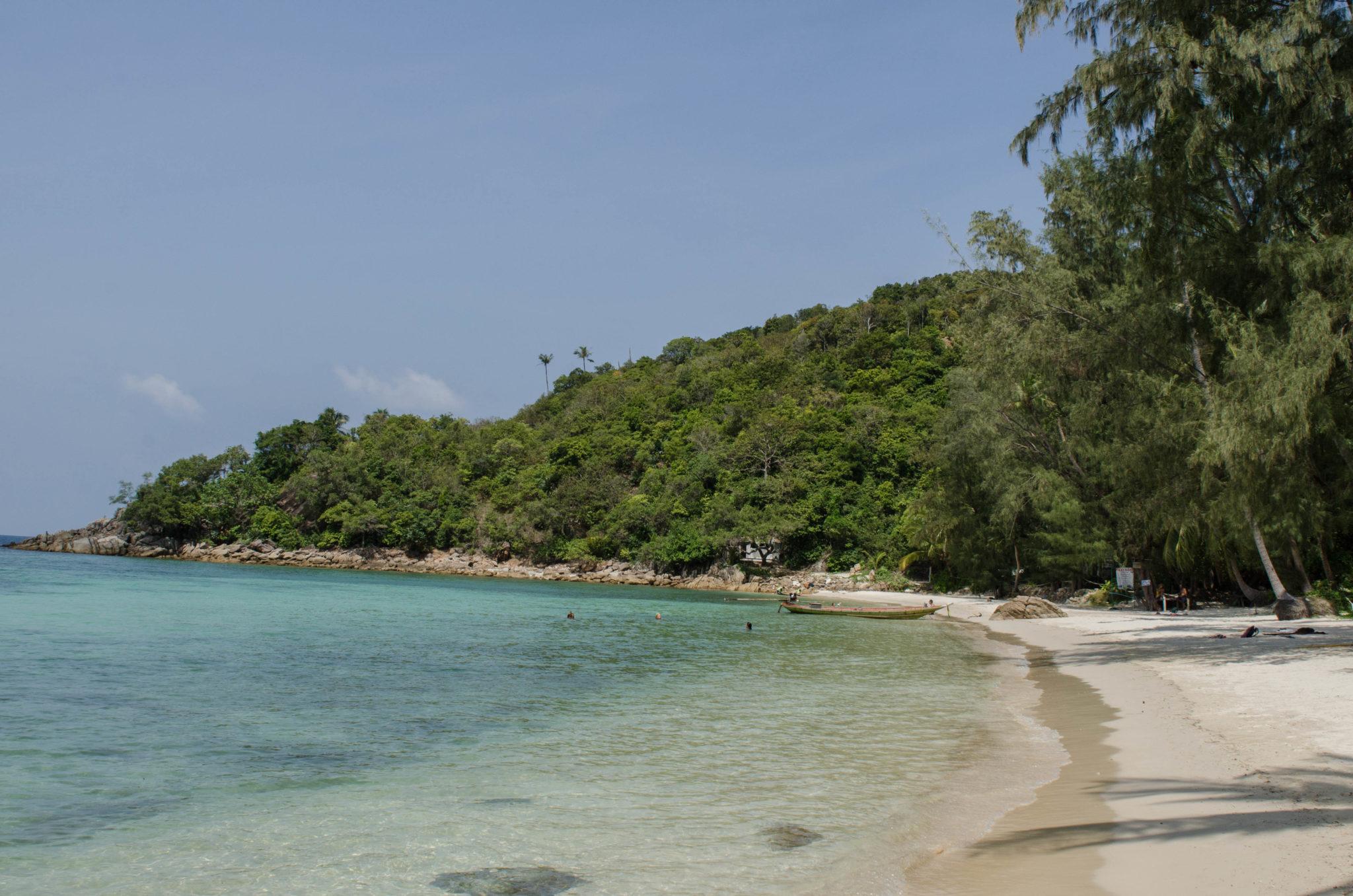 Türkisfarbenes Meer auf thailändischen Inseln