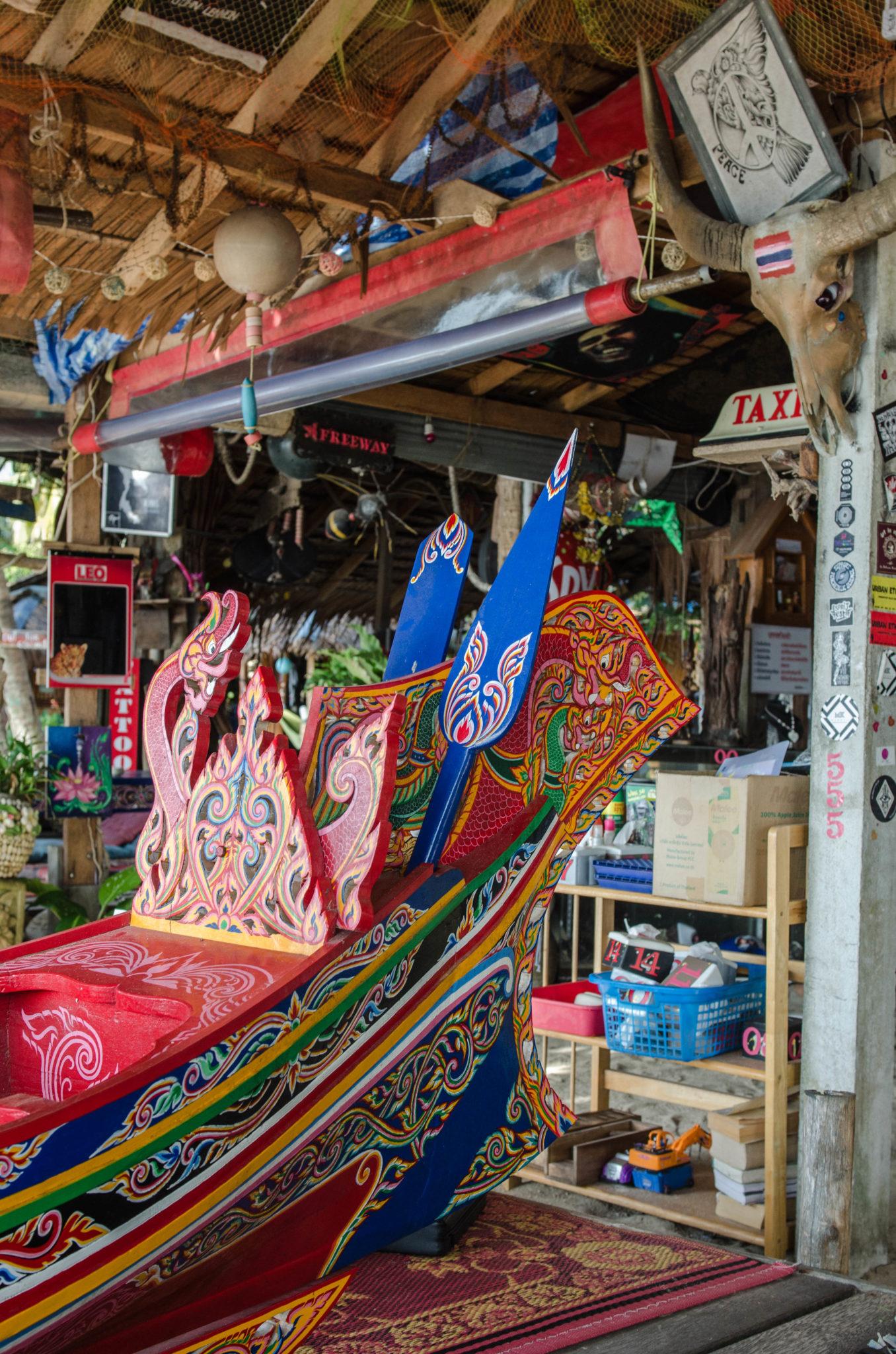 Buntes Fischerboot in der Freeway Bar Koh Phangan