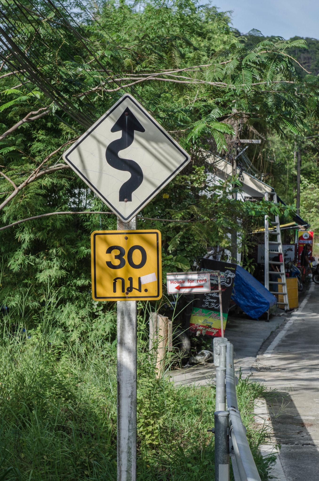 Straßenschilder und Transport auf Koh Phangan