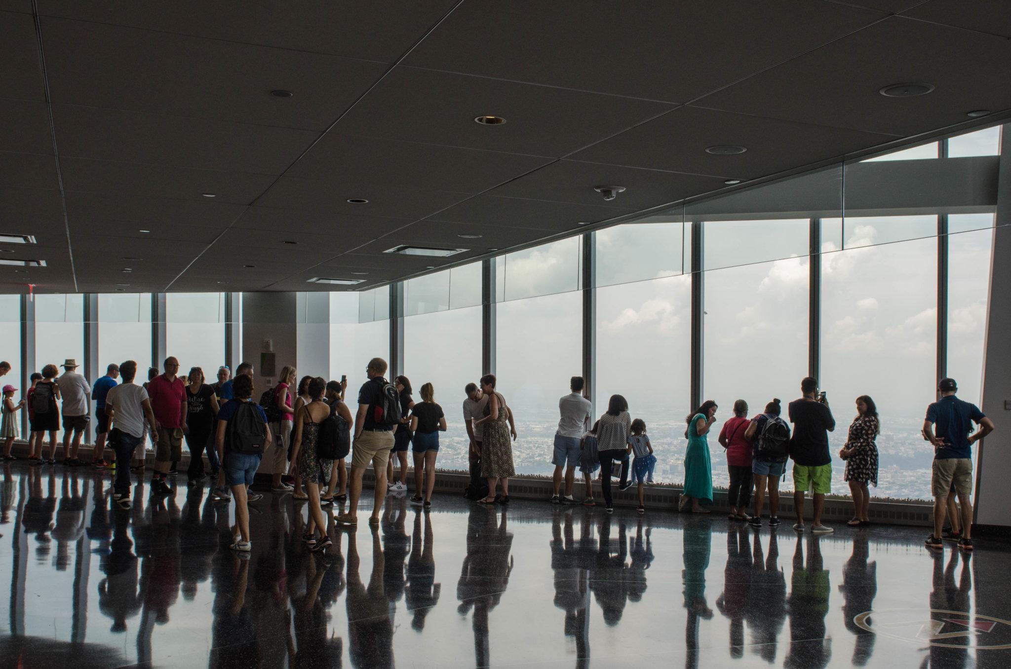 Besucher auf der Aussichtsplattform
