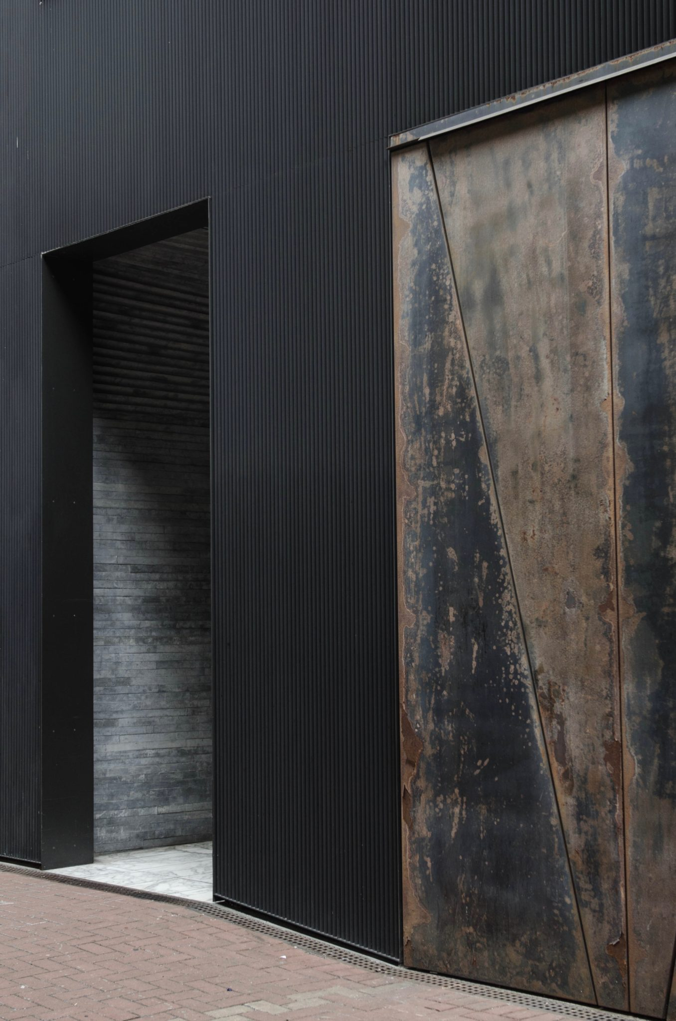 Der Eingang ist minimalistisch
