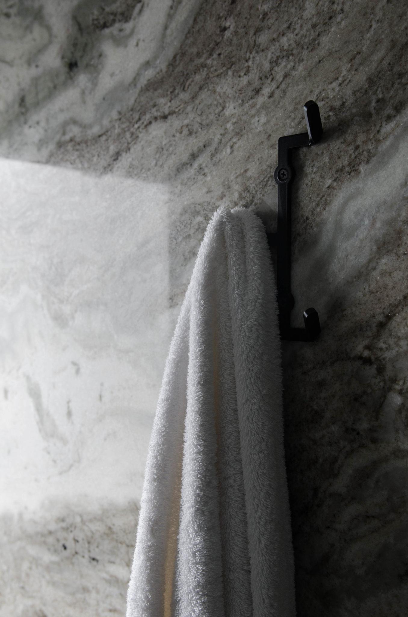 Ein Handtuch vor der Marmorwand