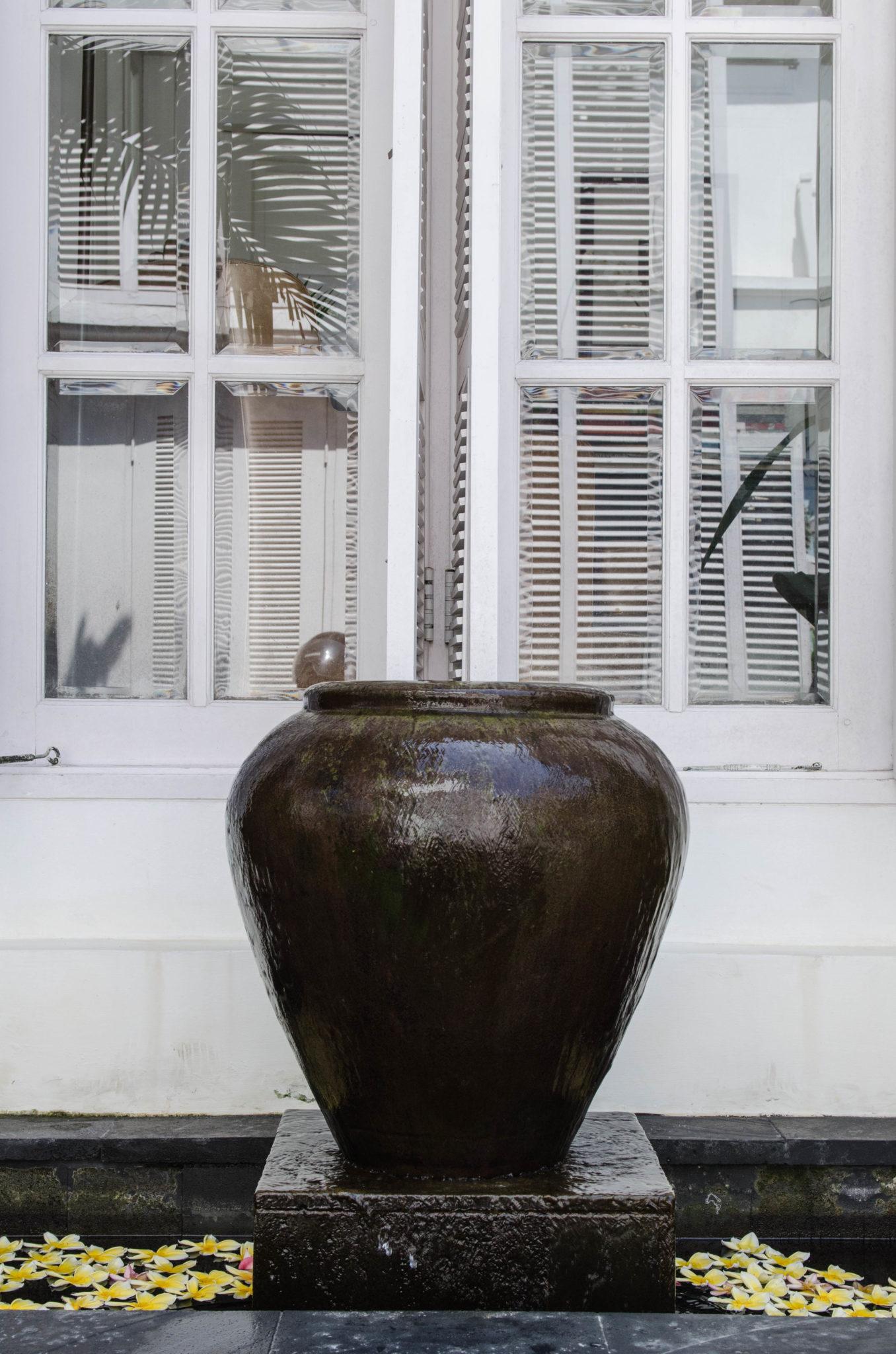 Eine große Vase in der Hotelanlage.