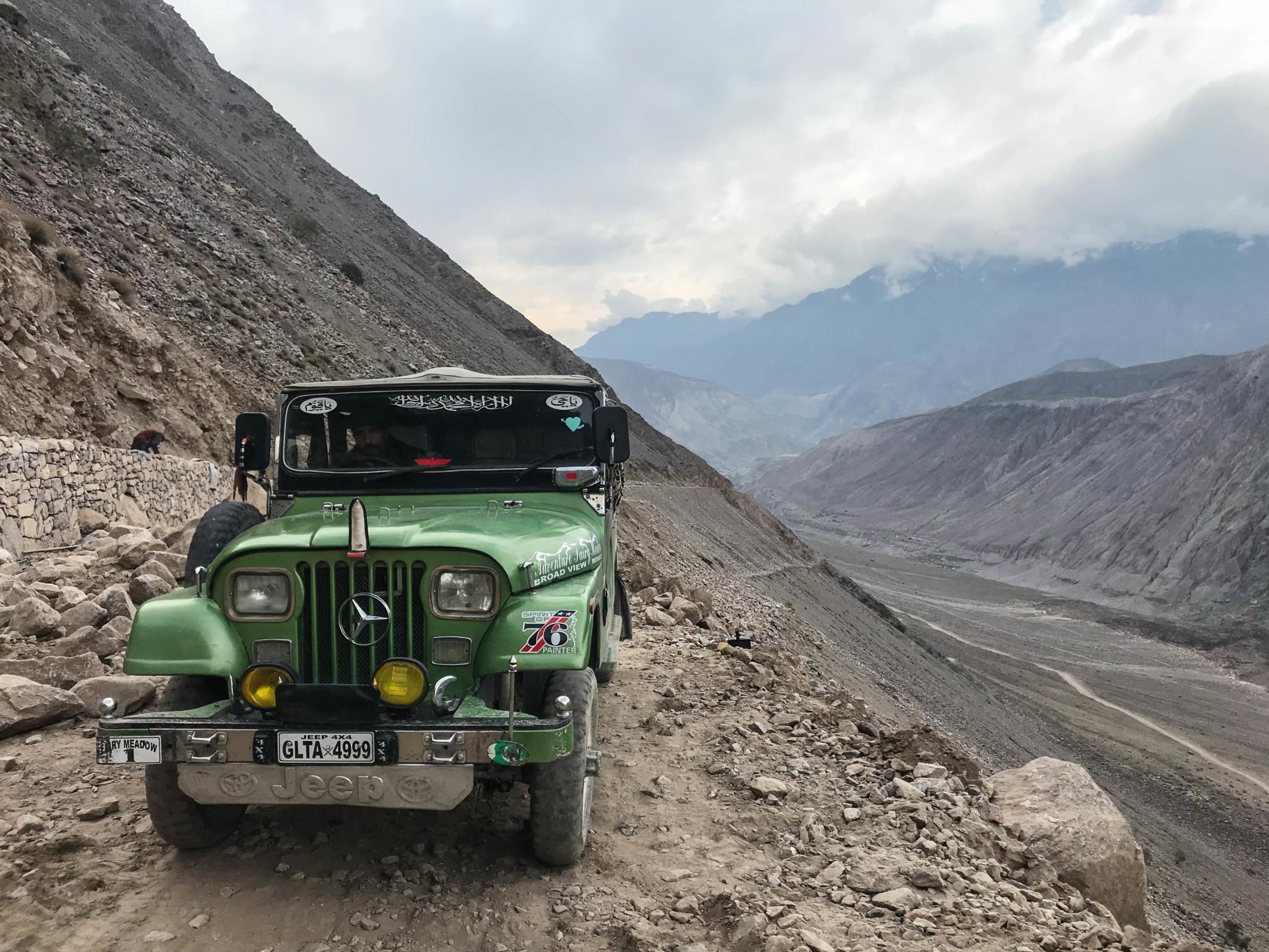 Die Jeeps bringen einen im Pakistan Urlaub nach Fairy Meadows.