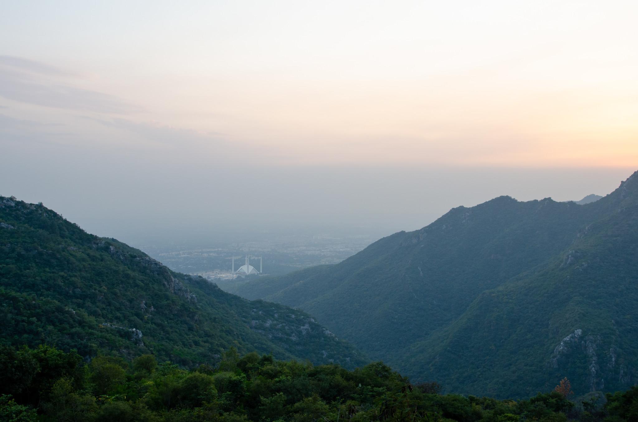 Sonnenuntergang auf den Margalla Hills über Islamabad