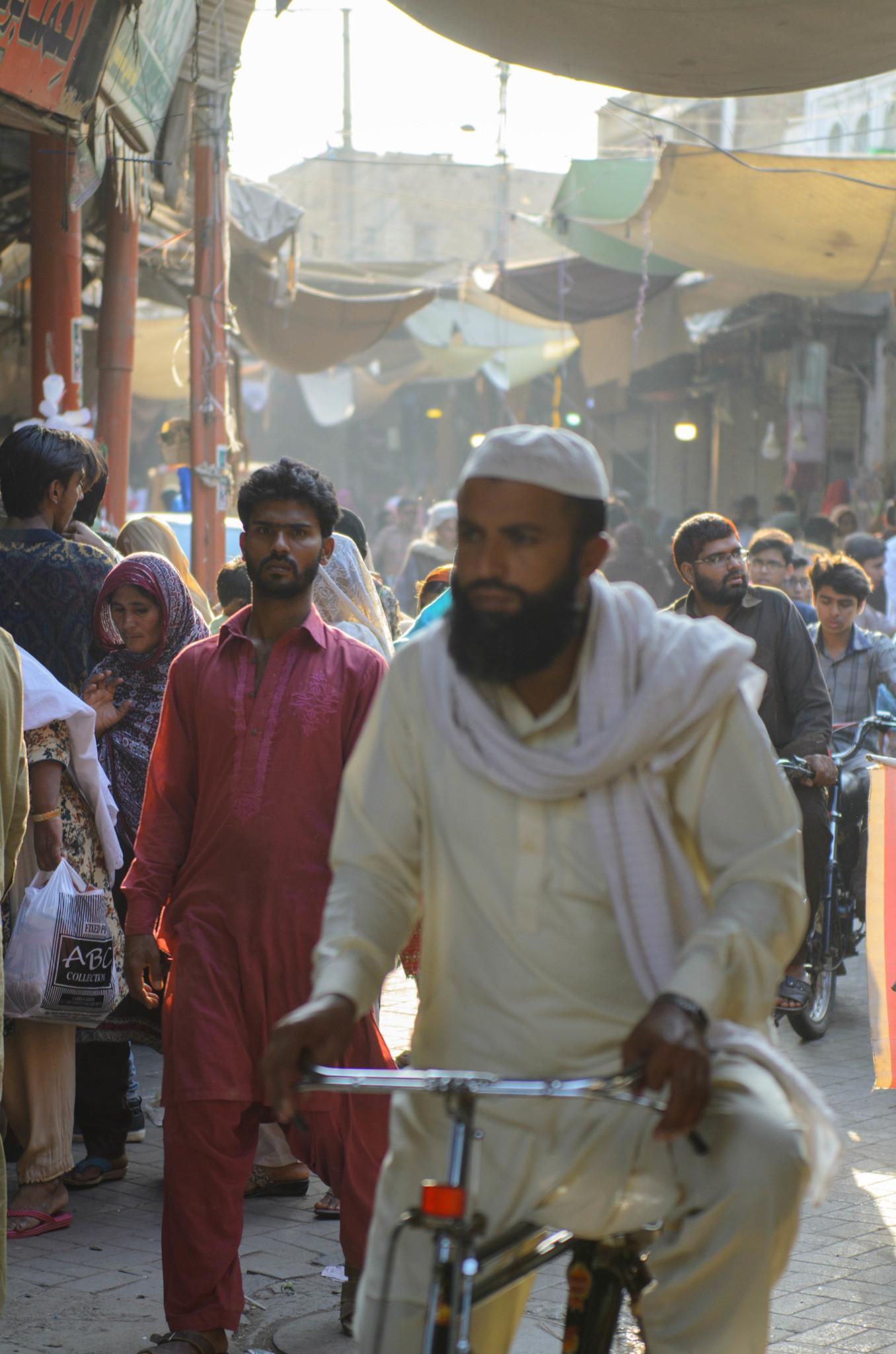 Mit dem Fahrrad düsen die Einheimischen über den Markt.
