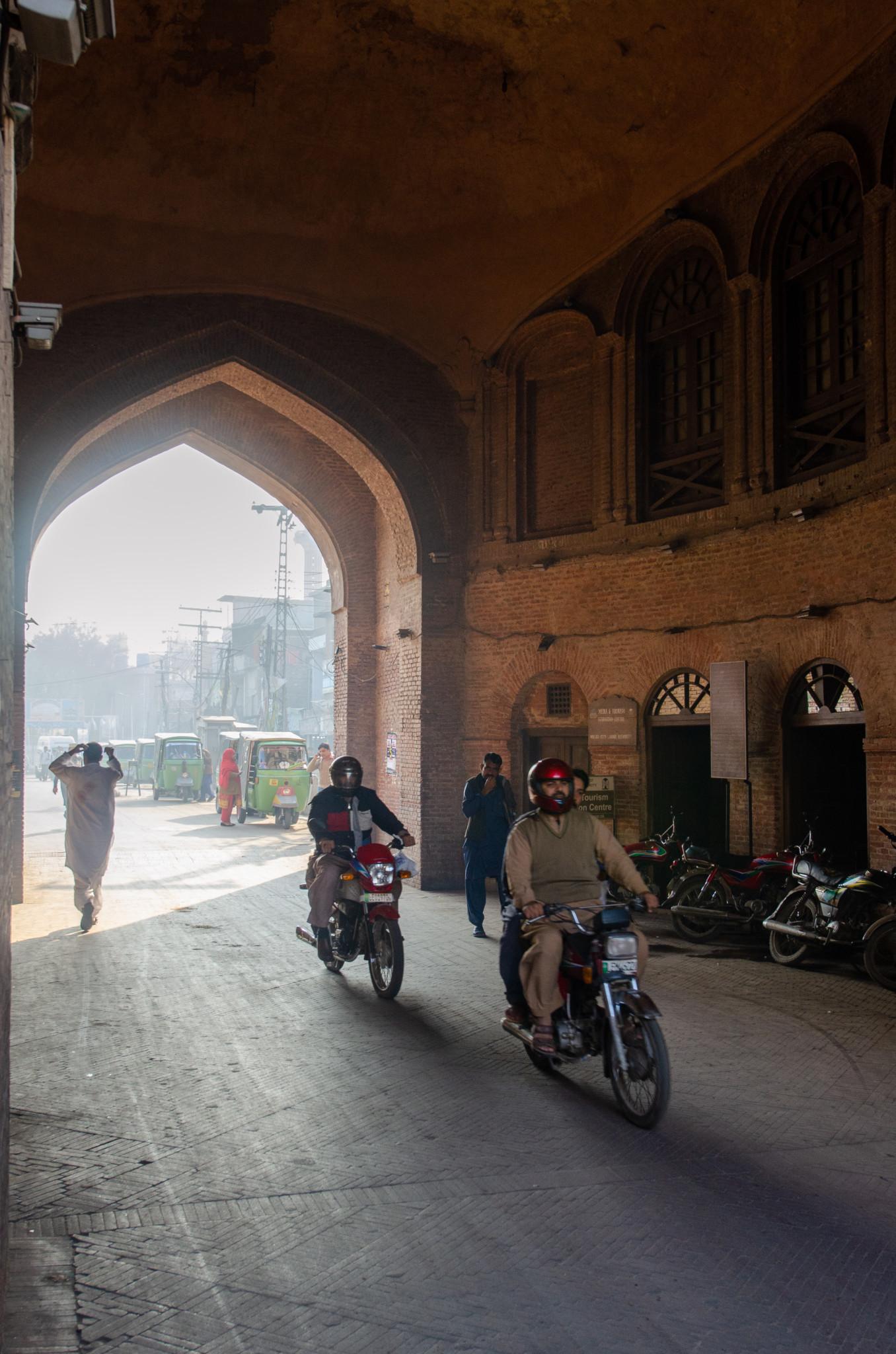 Mopedfahrer in der Walled City von Lahore