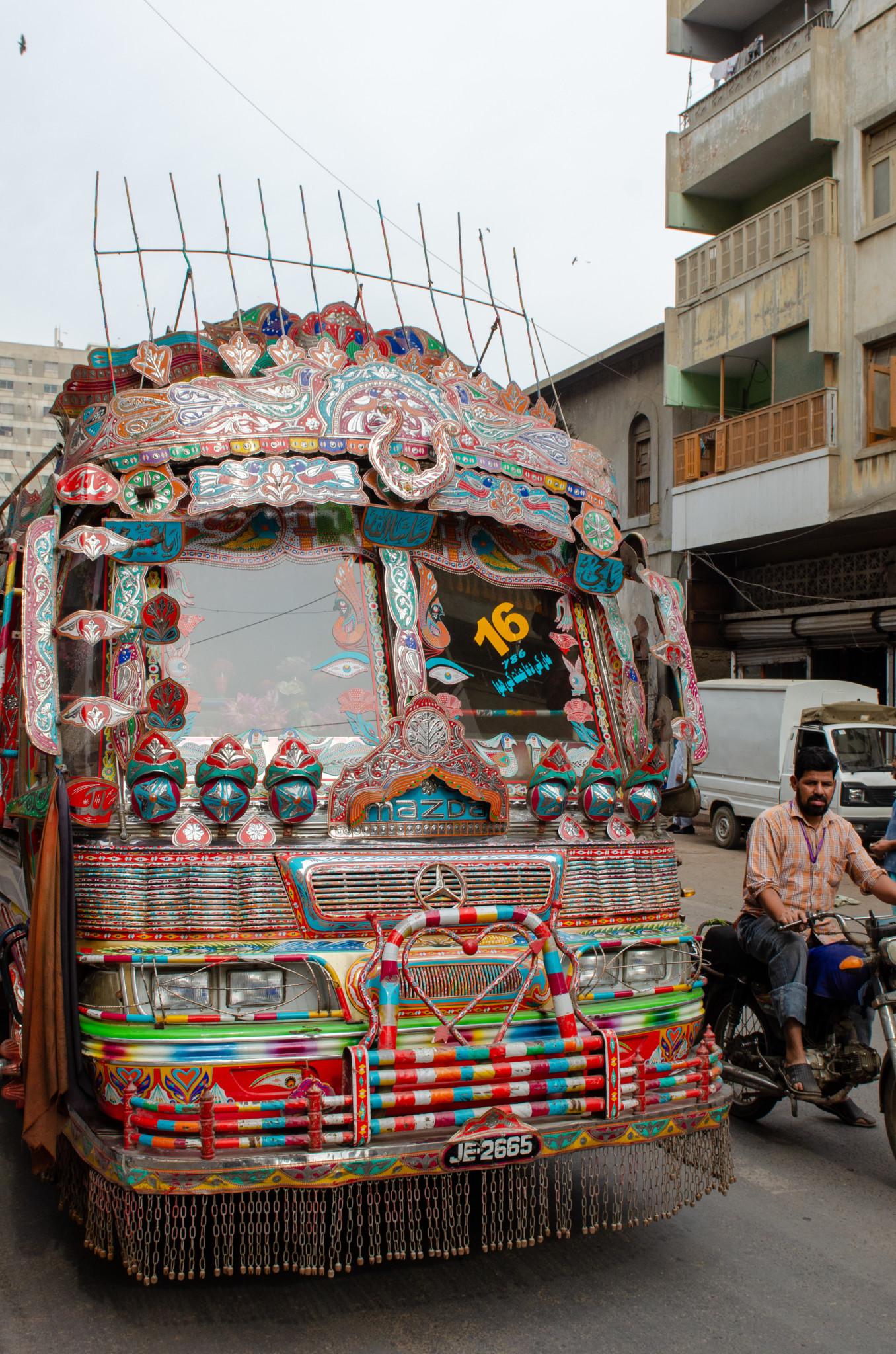 Phool Patti Bemalung auf einem Bus in Karatschi