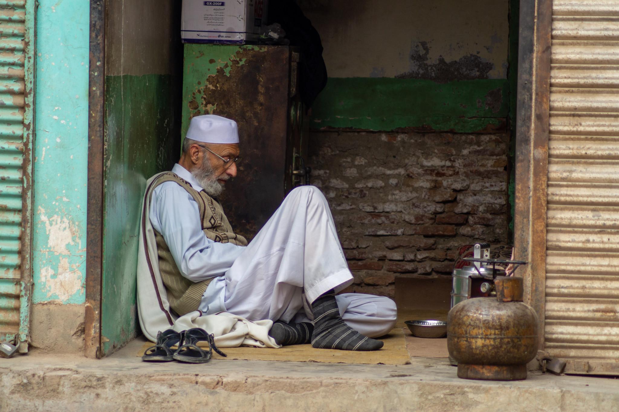 Mann im Hinterhof von Peschawar