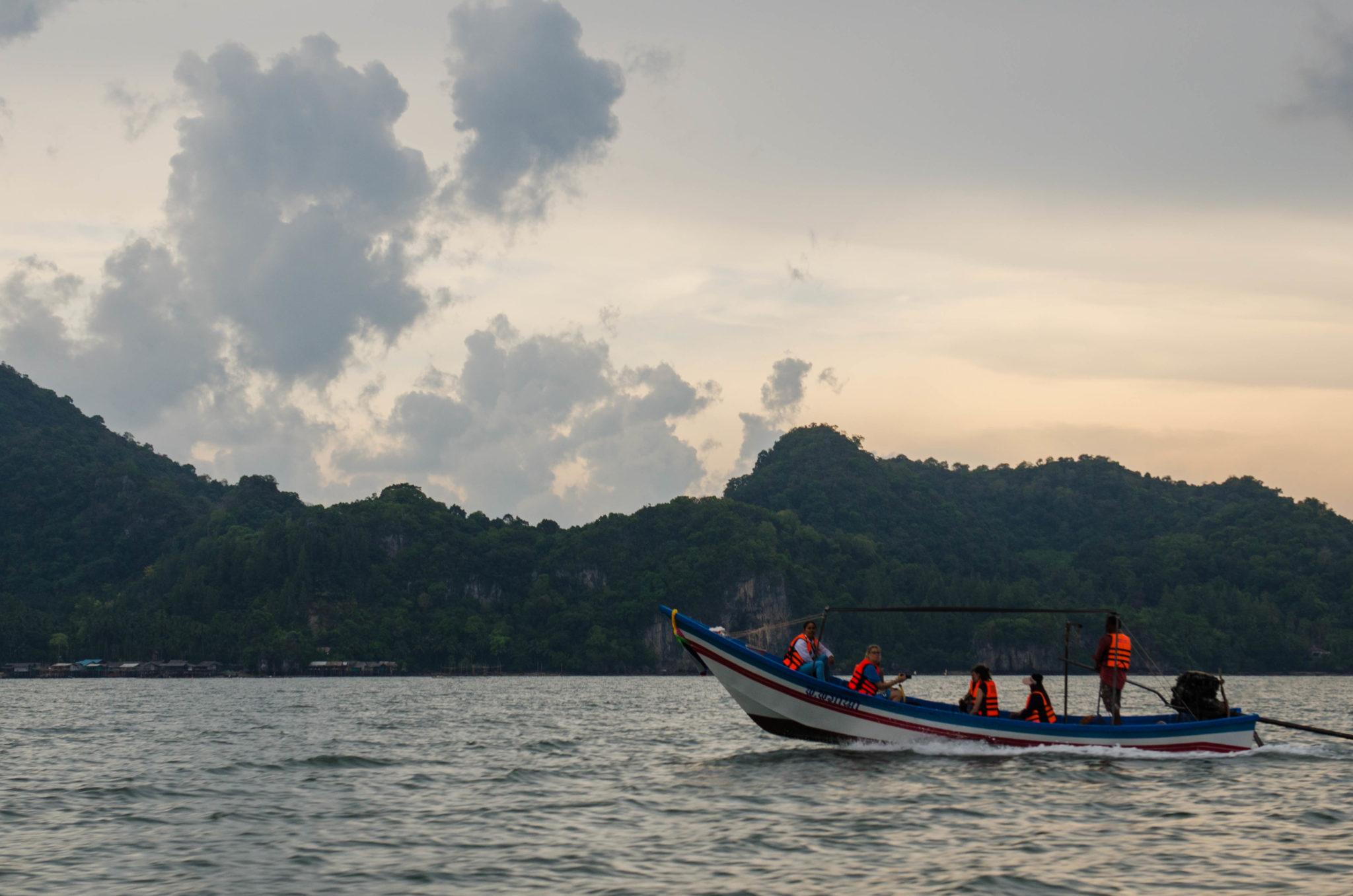 Ein Boot im Meer vor der Küste Thailands