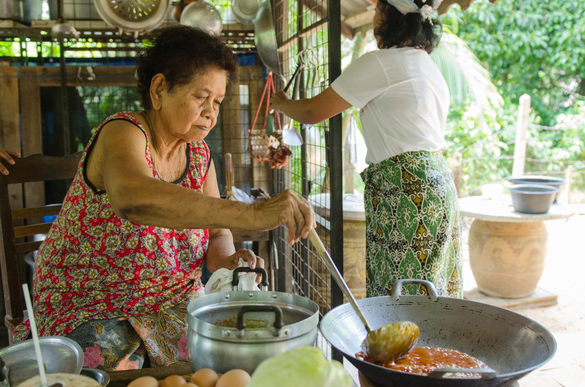 Eine thailändische Frau kocht Essen