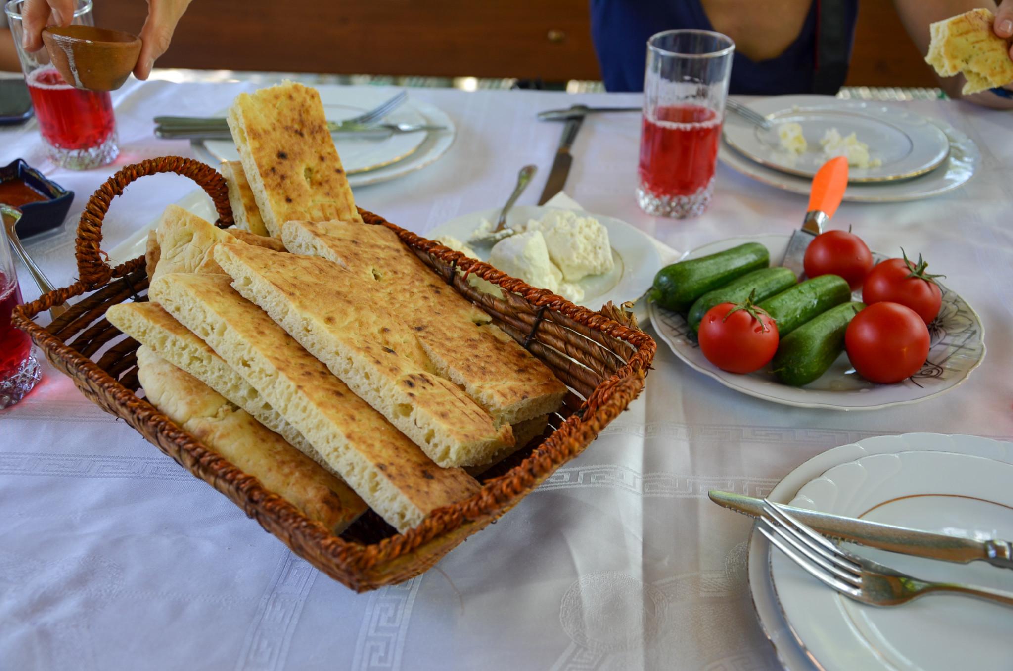 Zu jeder Mahlzeit gibt es Brot und frisches Gemüse