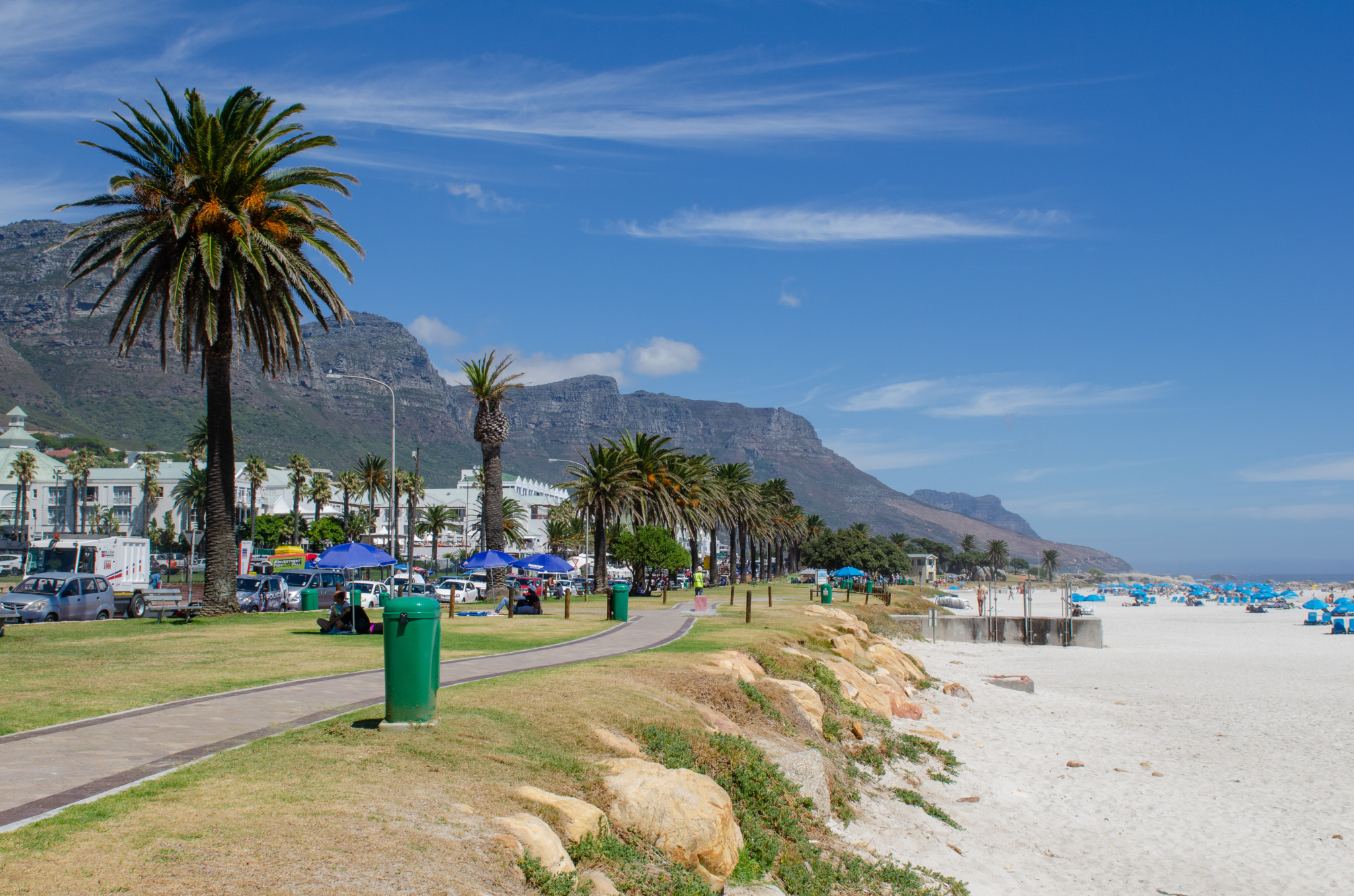 Camps Bay gehört zu den Südafrika Sehenswürdigkeiten, allein wegen der Strandpromenade
