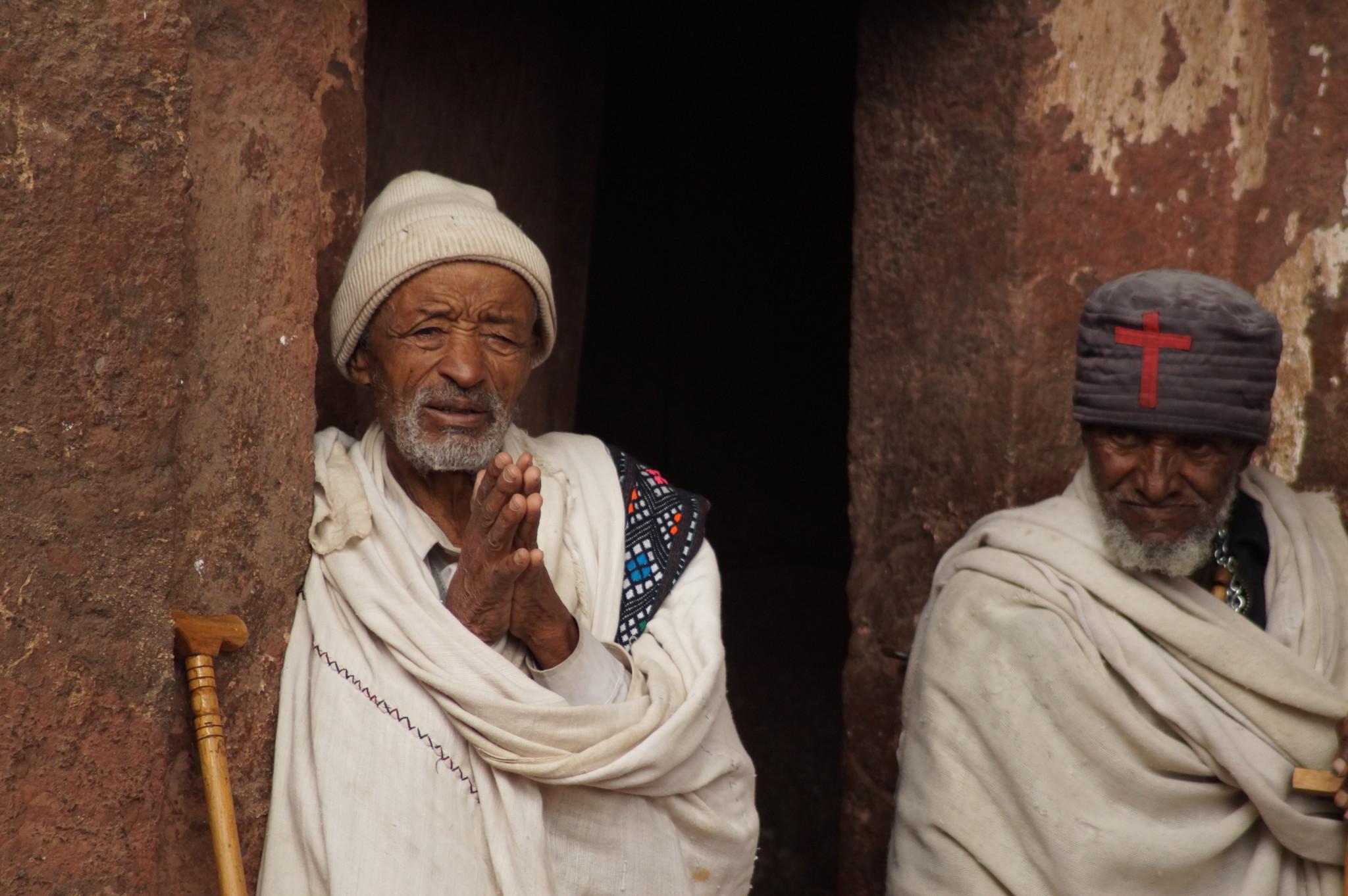Gläubige in den Felsenkirchen von Lalibela