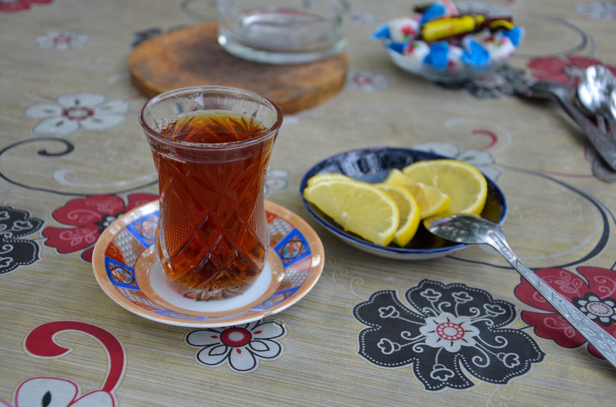 Schwarzer Tee gehört zum Essen in Aserbaidschan dazu