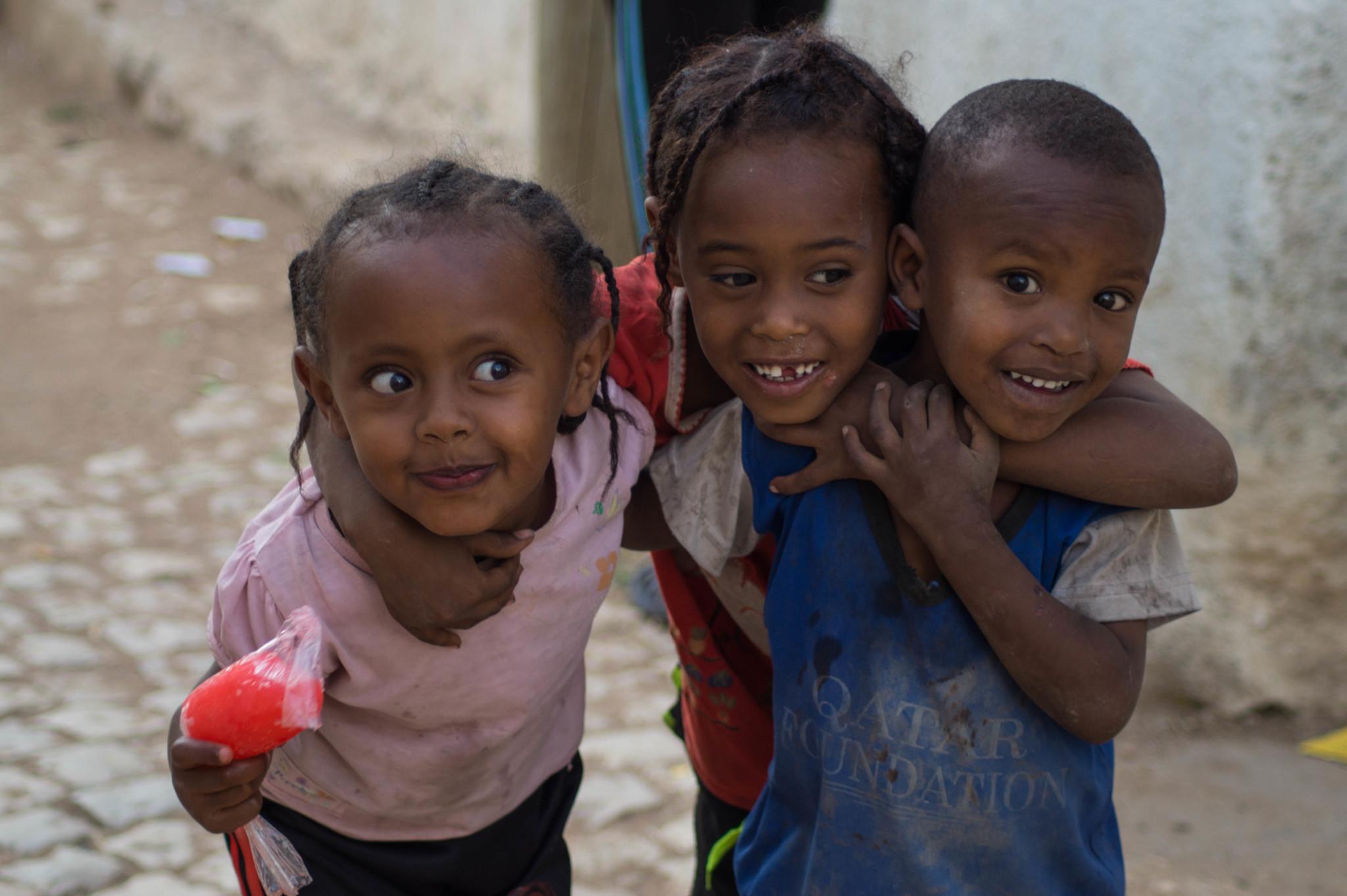 Kinder in Harar machen die Unterhaltungen auf amharisch einfach
