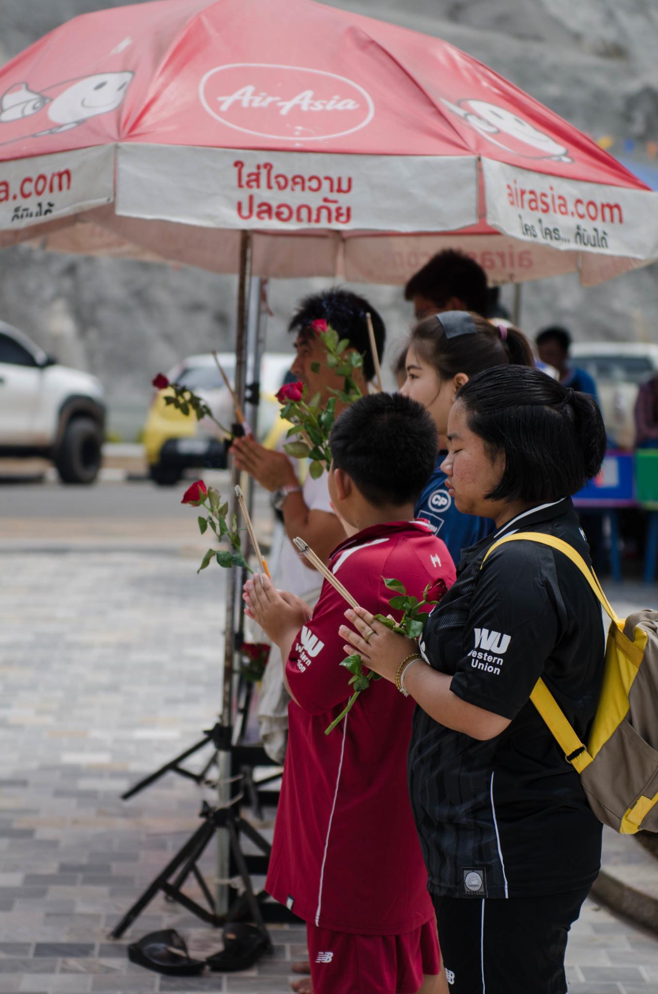 Betende Thais am Sadej Tia Schrein