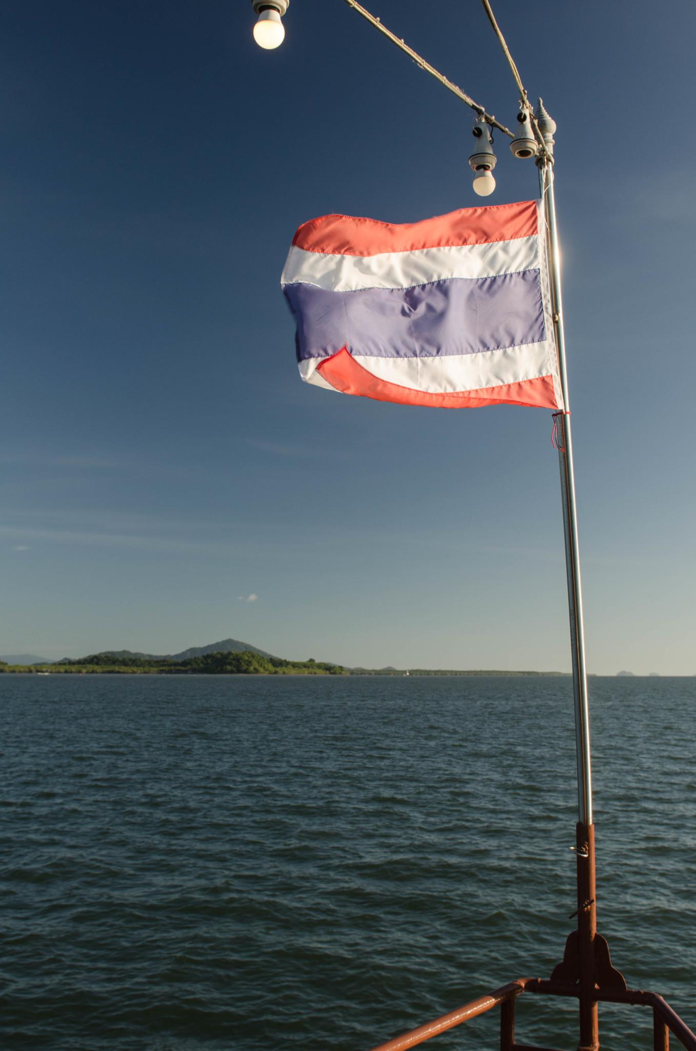 Flagge von Thailand auf dem Schiff in der Andamanensee