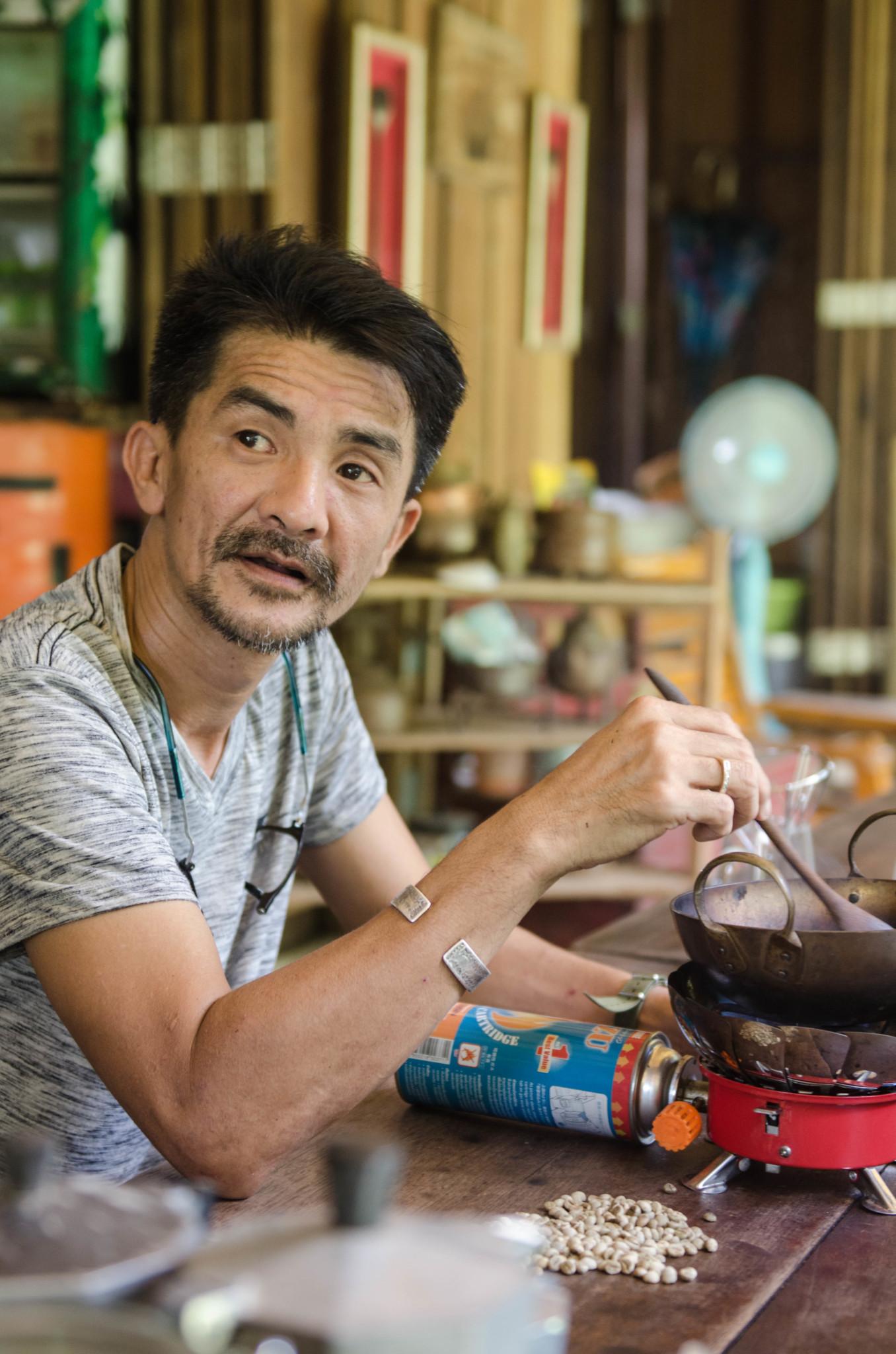 Besitzer Gong auf seiner Kaffeefarm in Ranong