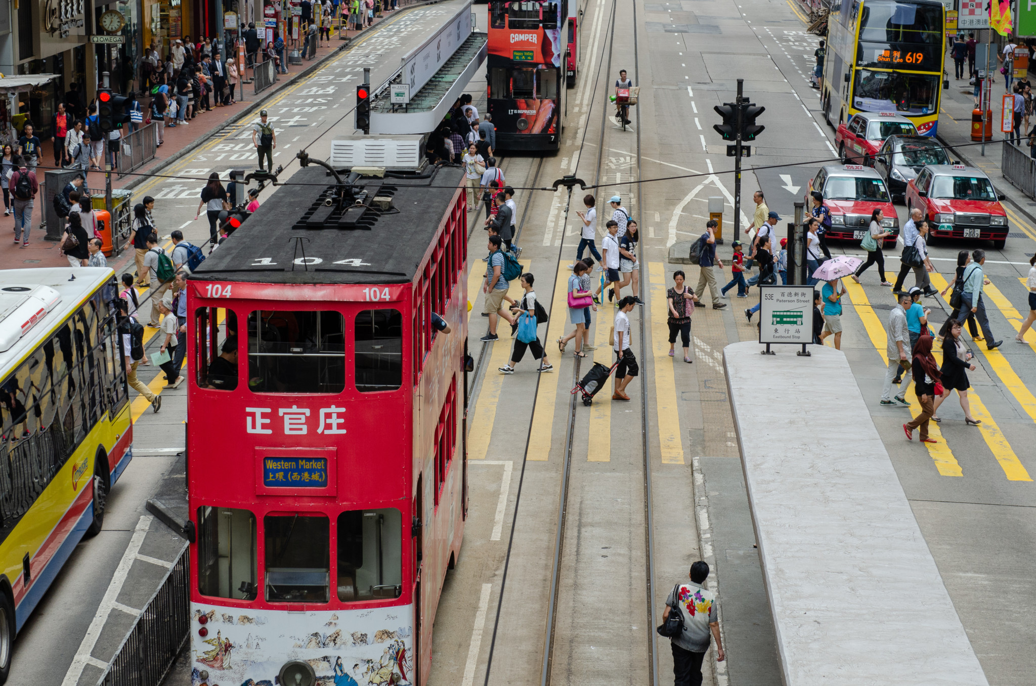 Die zweistöckige Hongkong Tram im Stadtviertel Central