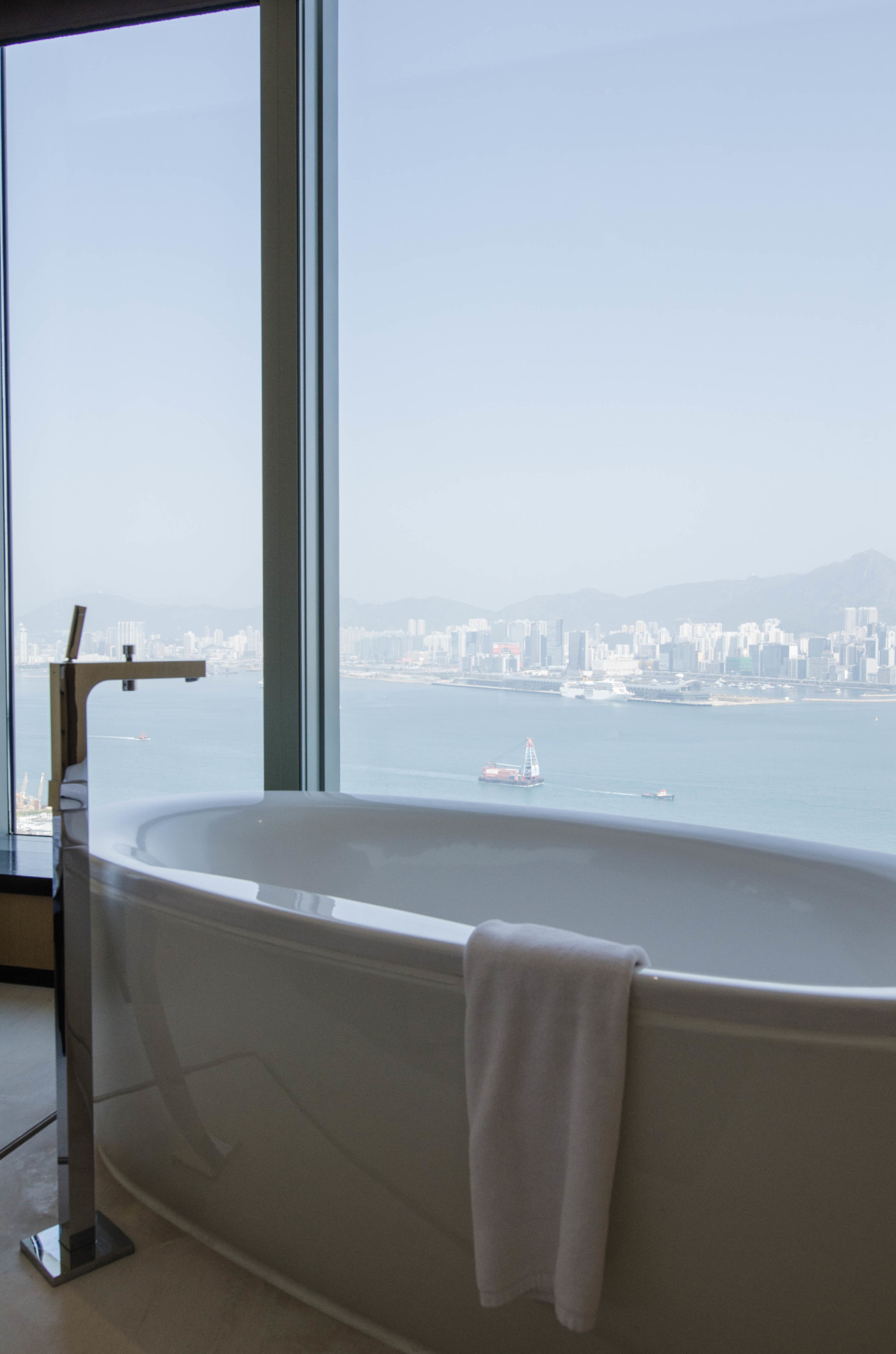 Badewanne mit Ausblick im EAST Hotel Hongkong