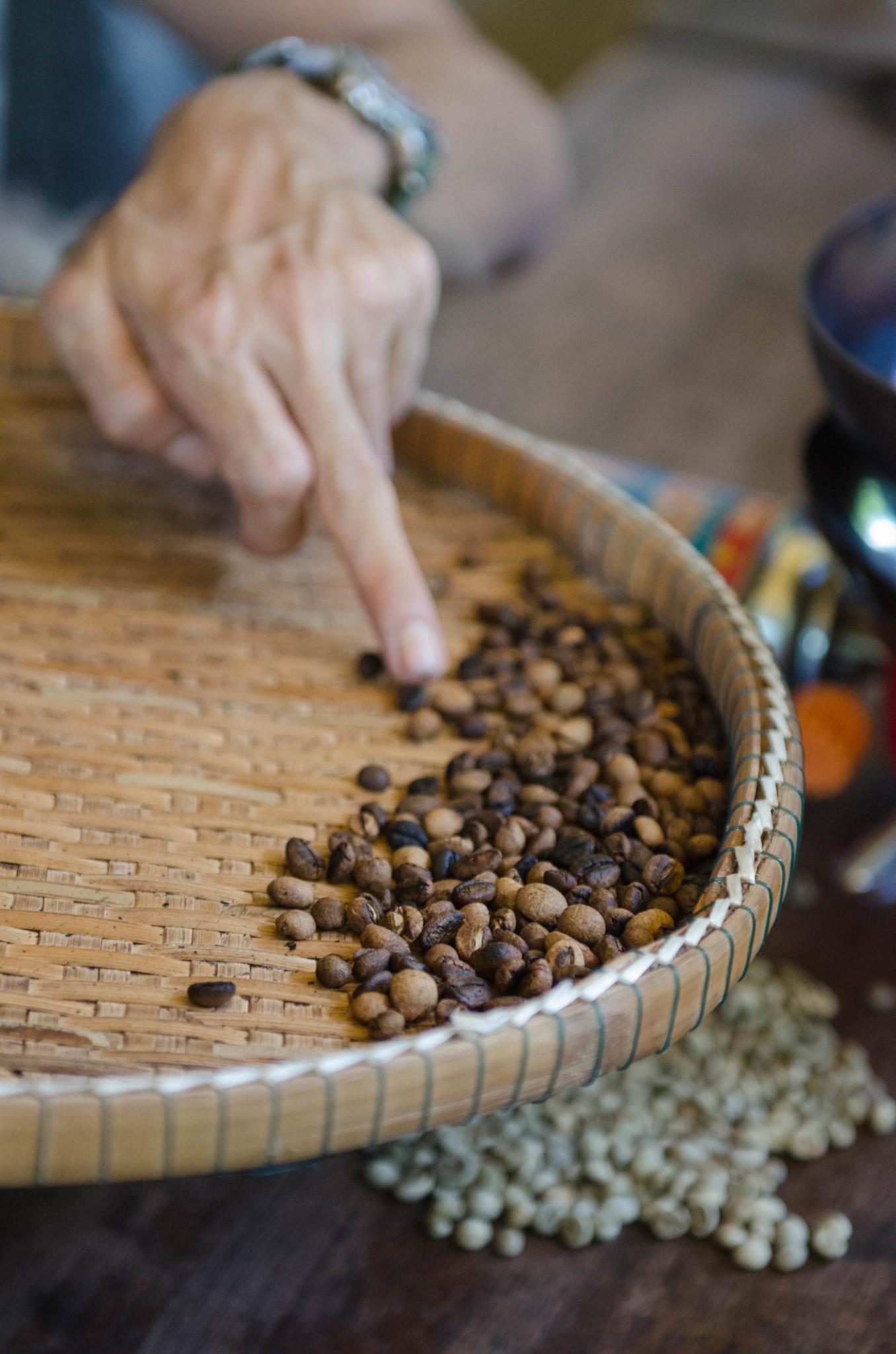 Kaffeebohnen werden im Gong Valley per Hand geröstet