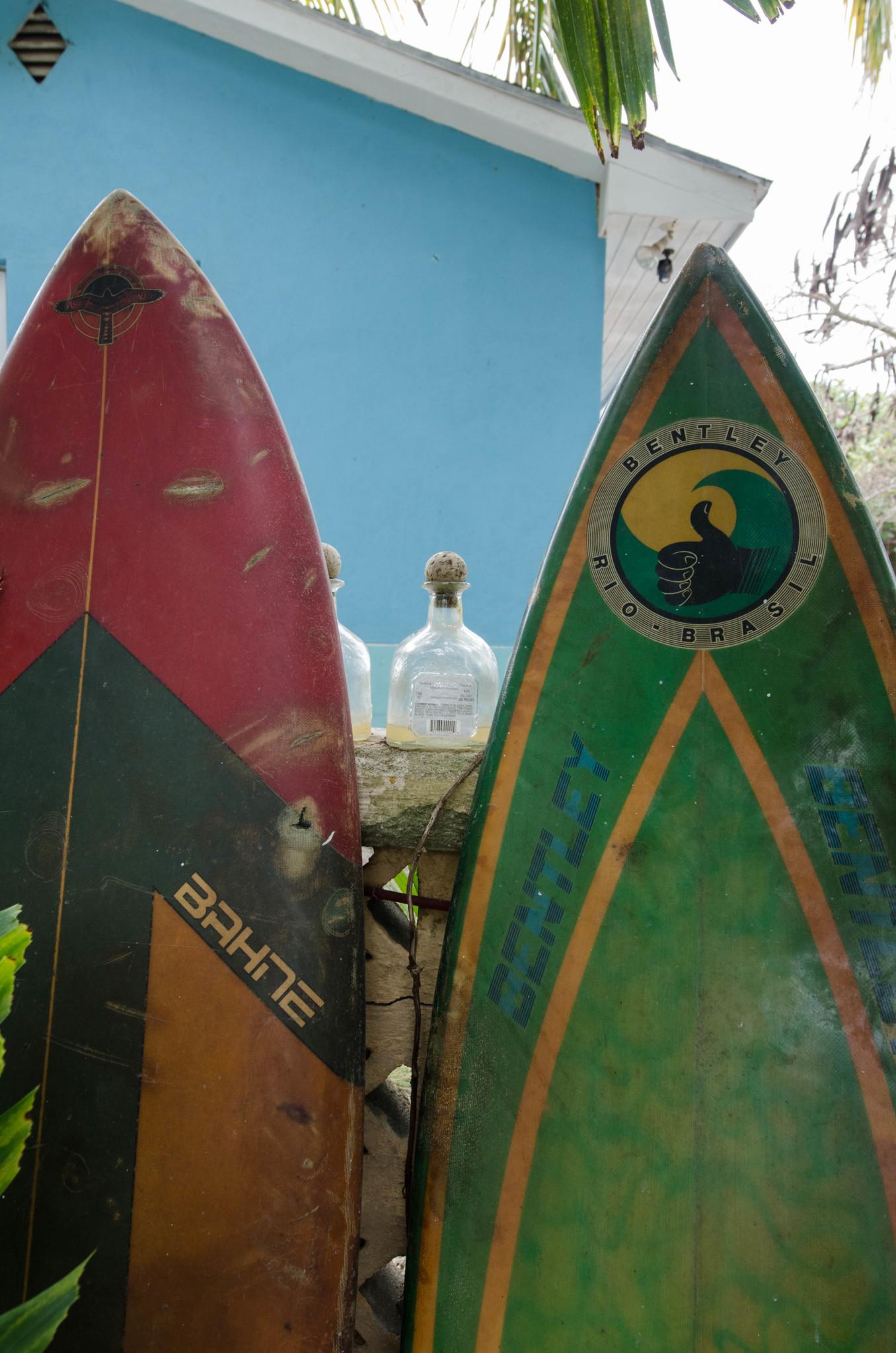Surfbretter vor einem Laden auf Eleuthera