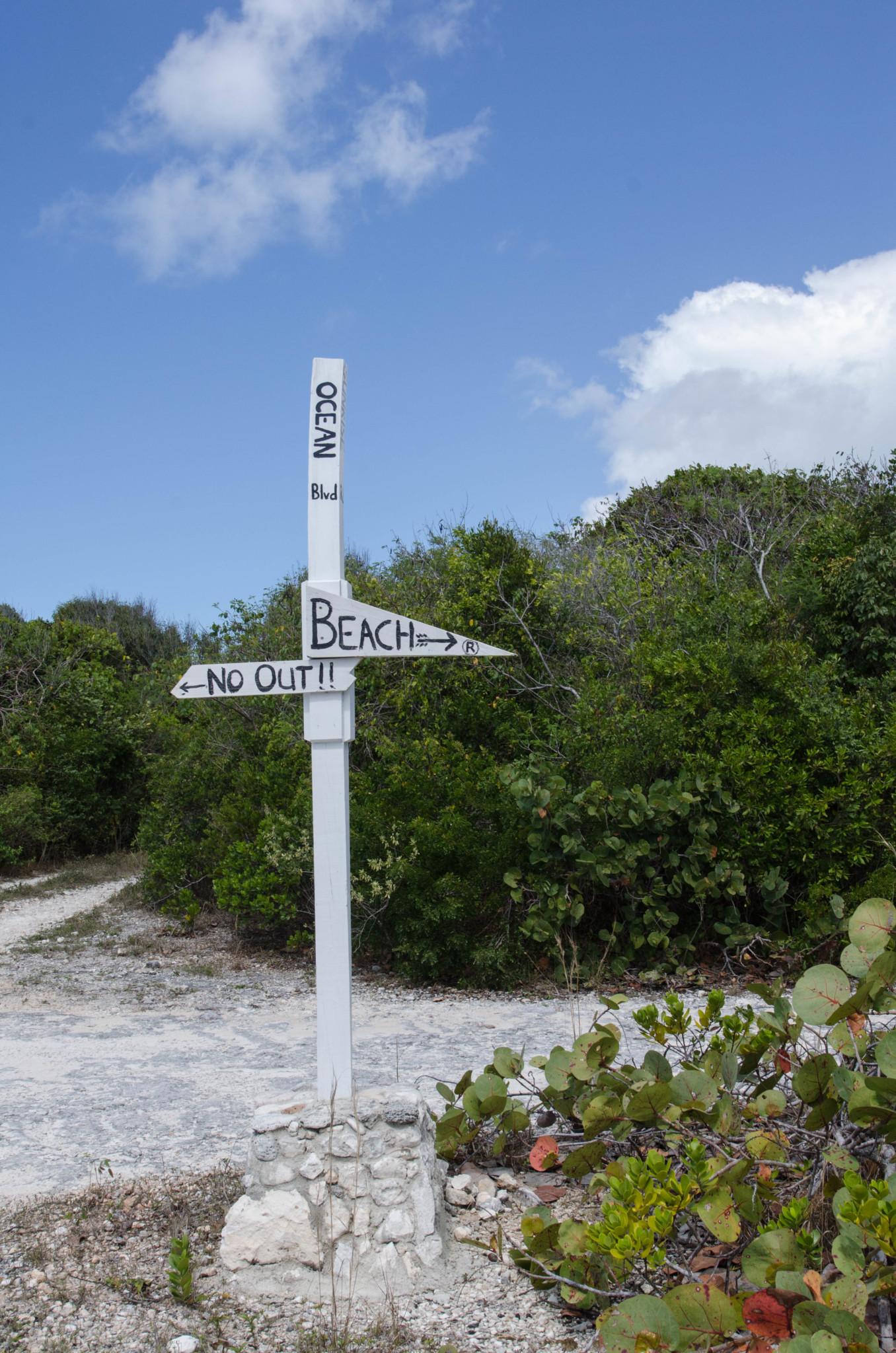 Wegweiser am Surfers' Beach auf Eleuthera in den Bahamas