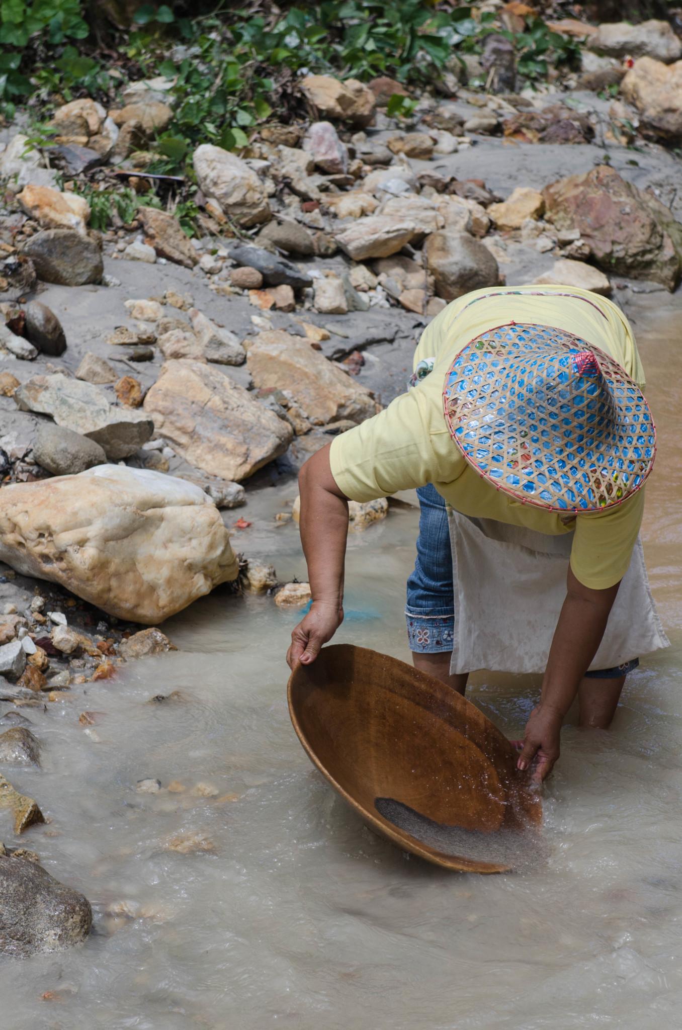 Arbeiterin im Fluss beim Zinngießen