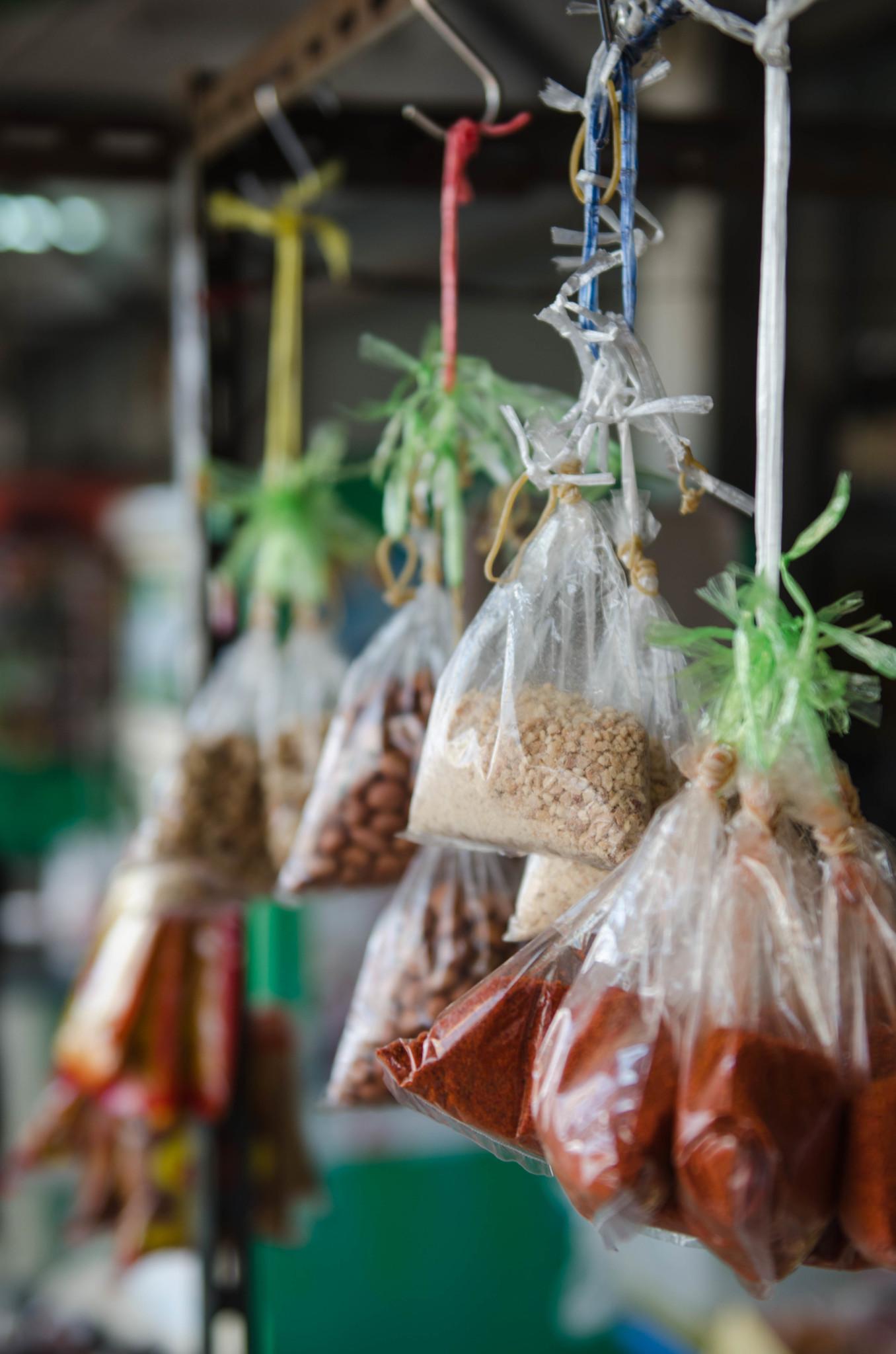 Gewürze auf einem Markt in Chumphon Thailand