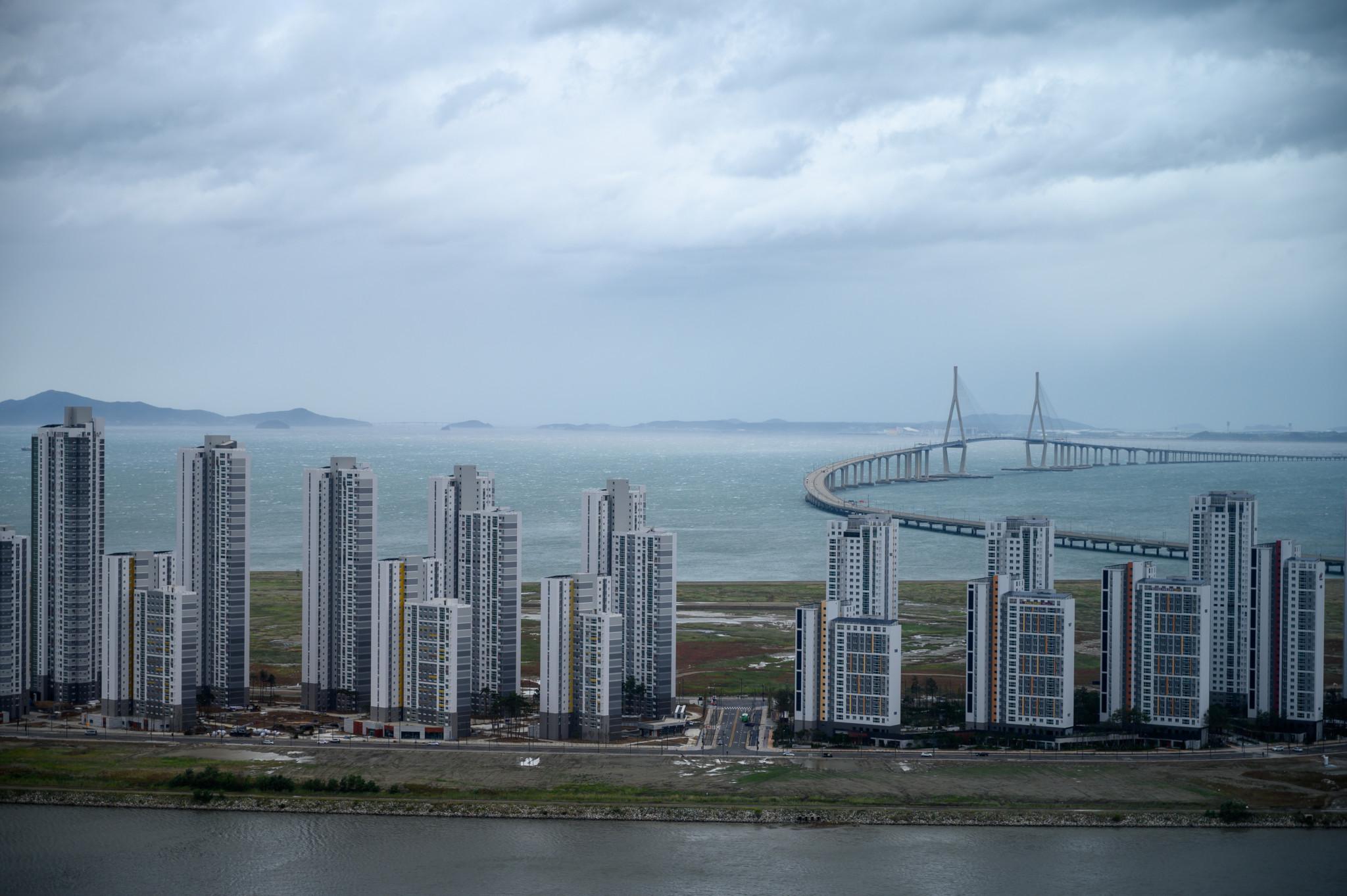 Die Incheon Brücke in Südkorea von Songdo aus gesehen