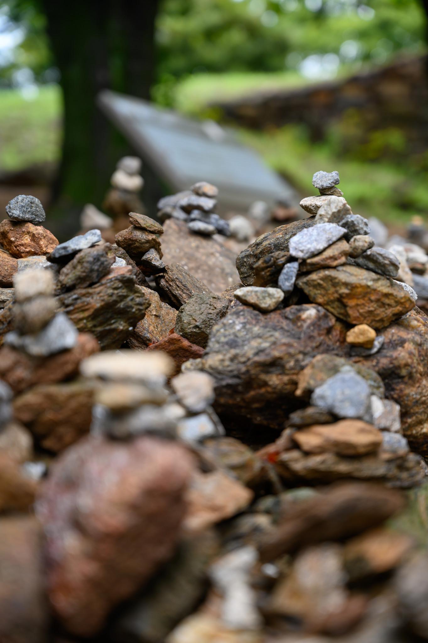 Steinhaufen im Jeondeungsa Tempel auf Gangwa Island in Südkorea