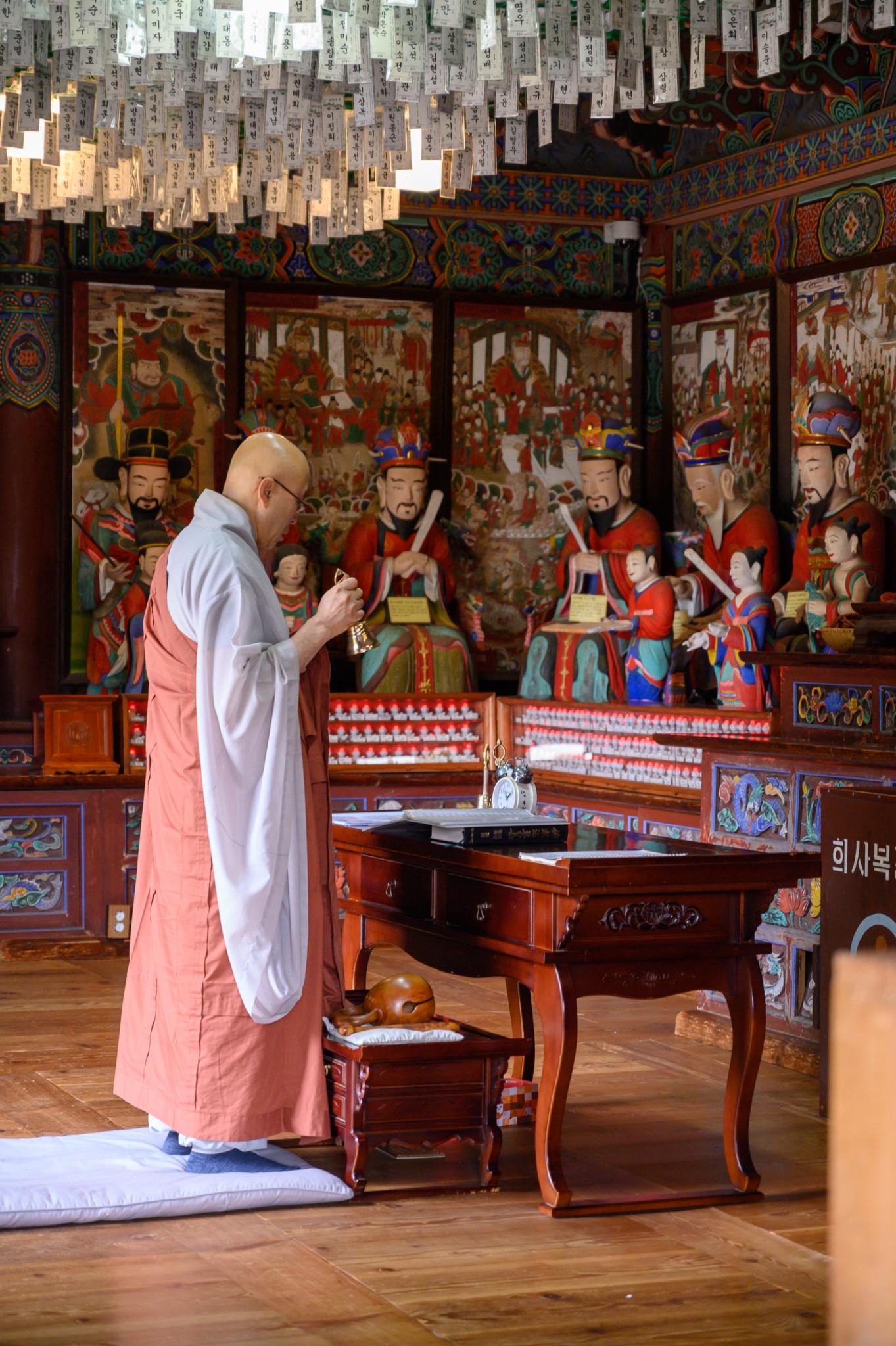 Mönch im Jeondeungsa Tempel auf Gangwa Island in Südkorea