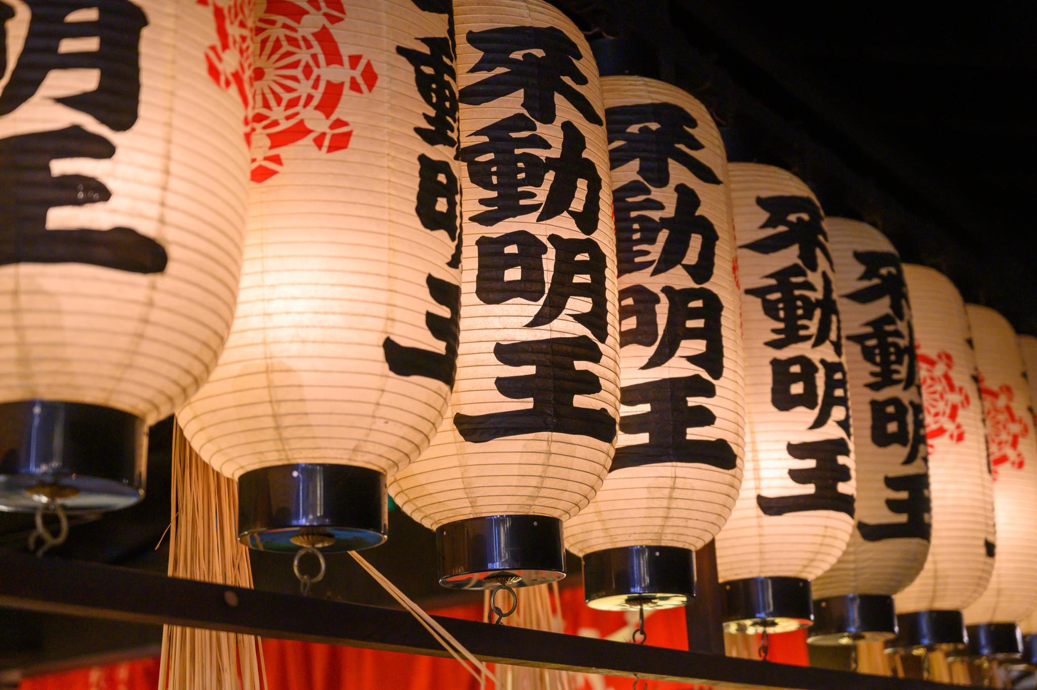 Hozenji Tempel in Osaka in Japan bei Nacht