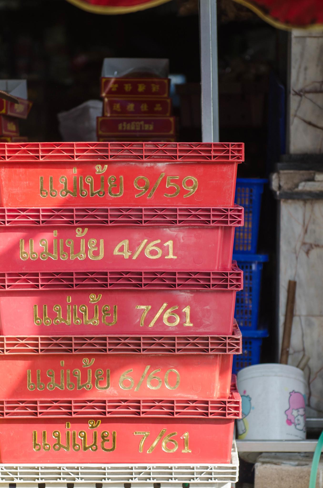 Boxen auf dem Pak Nam Fischmarkt in Chumphon