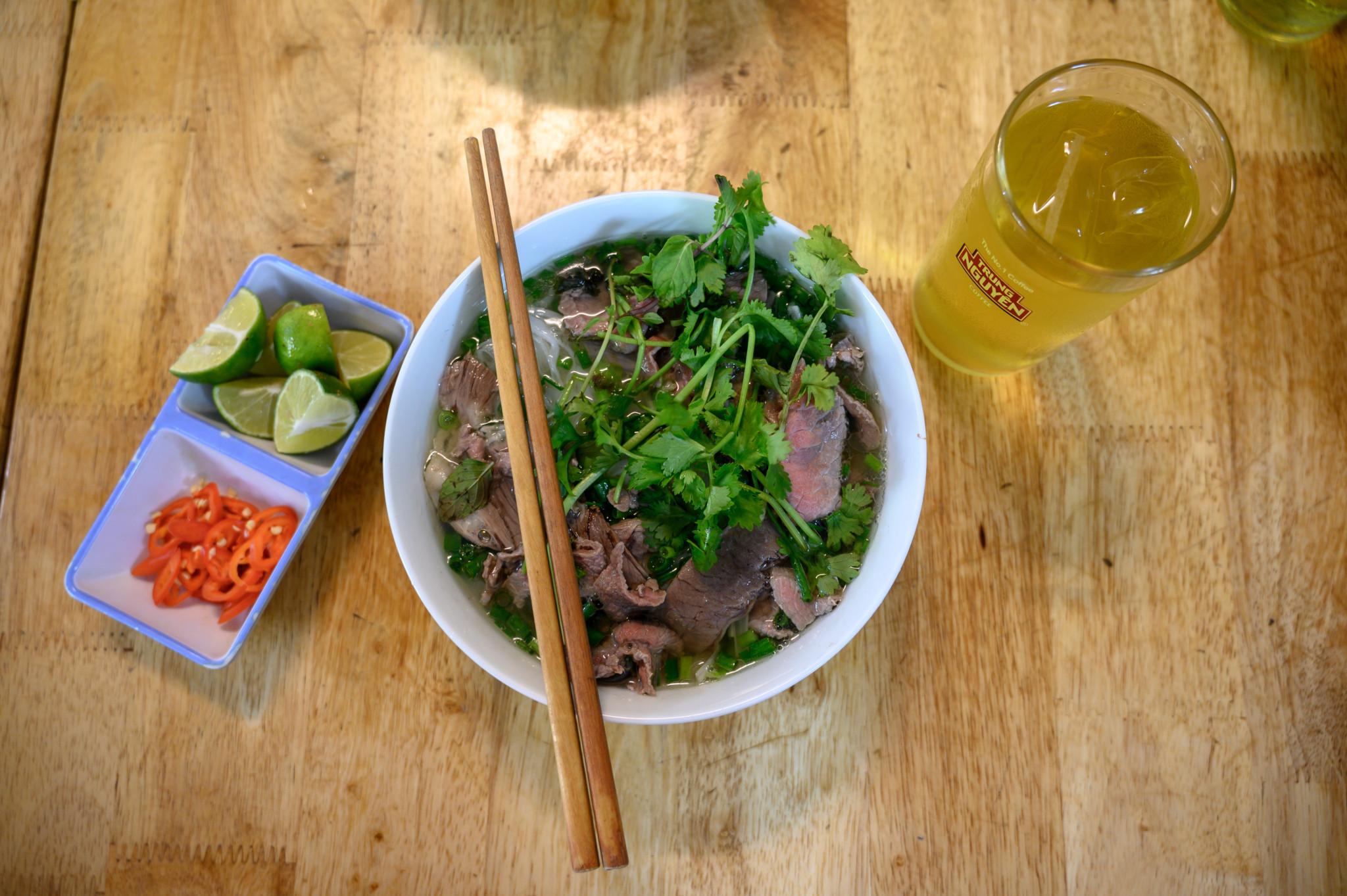 Eine Schüssel mit vietnamesischer Pho Suppe