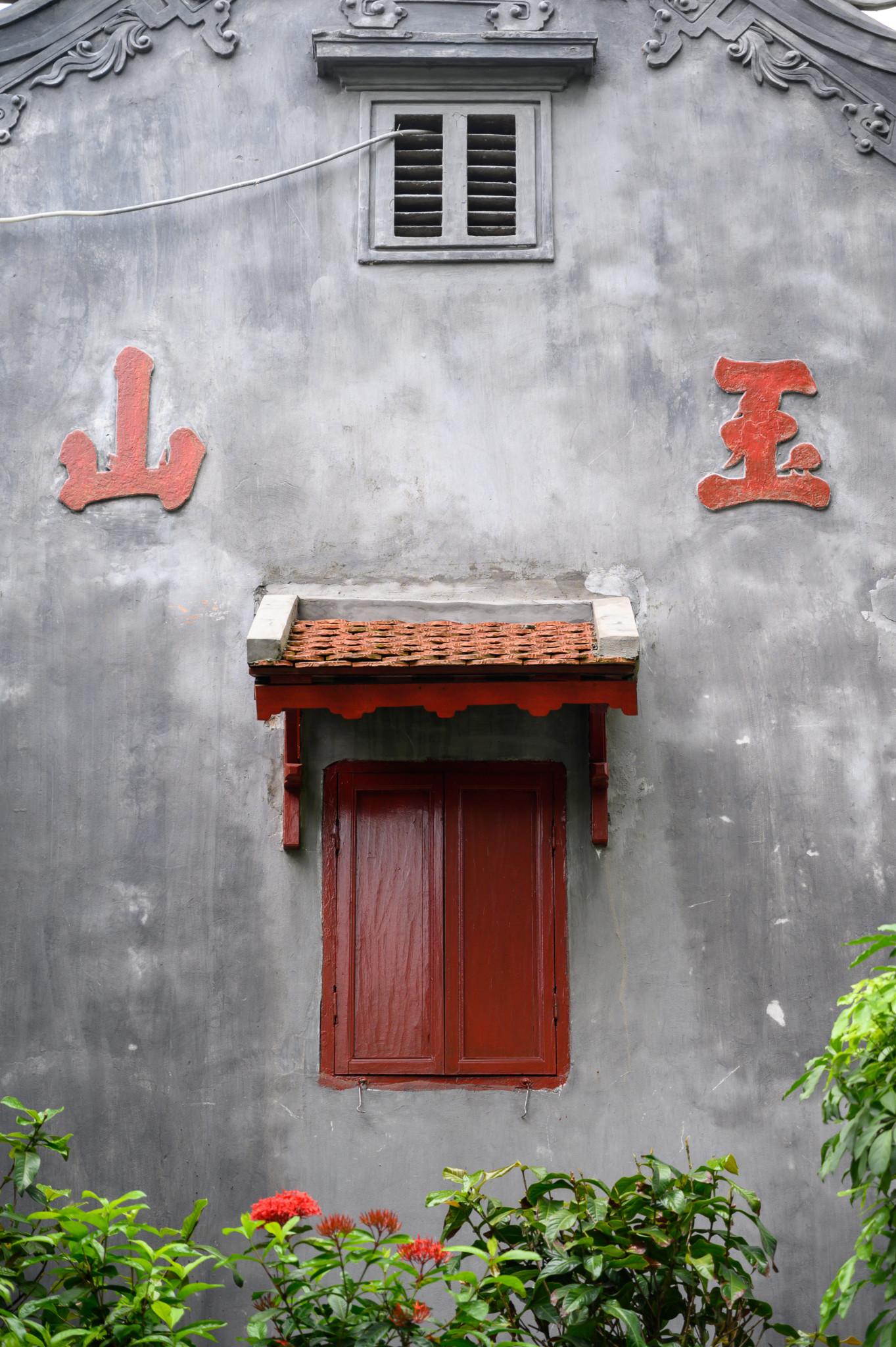Ein Fenster im Tempel des Jade-Berges in Hanoi Vietnam