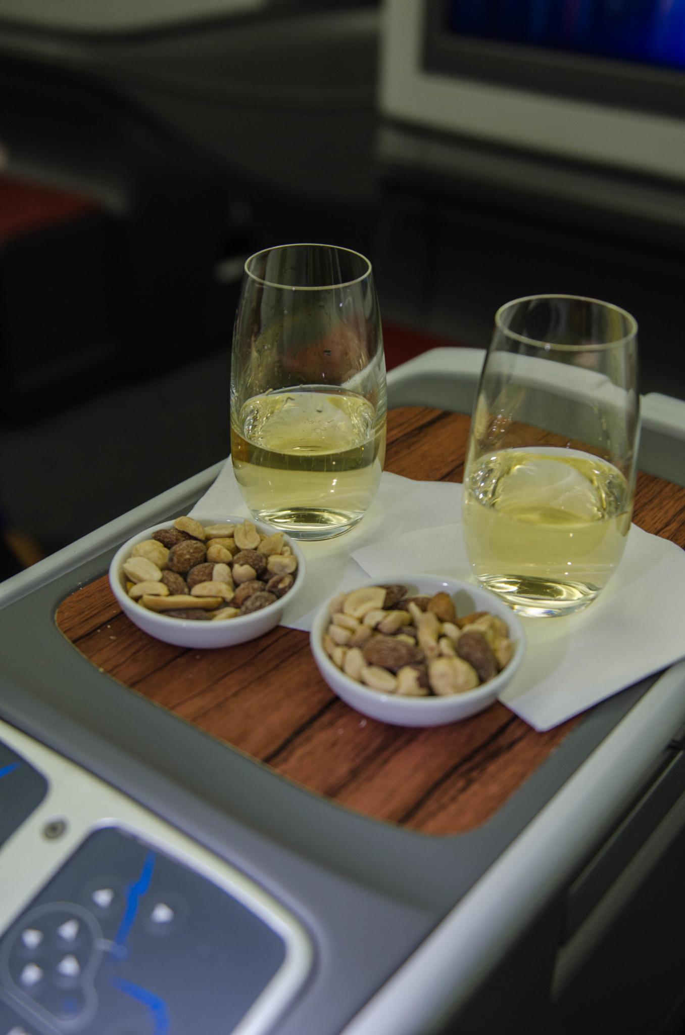 Nüsse und Champagner bei Latam