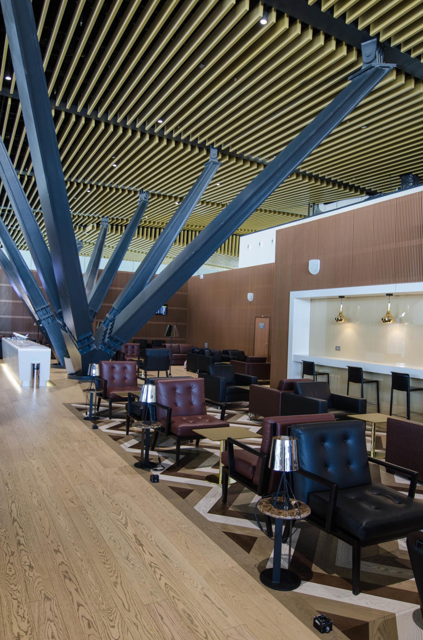 Minimalistisches Design in der Business Lounge von Air Astana
