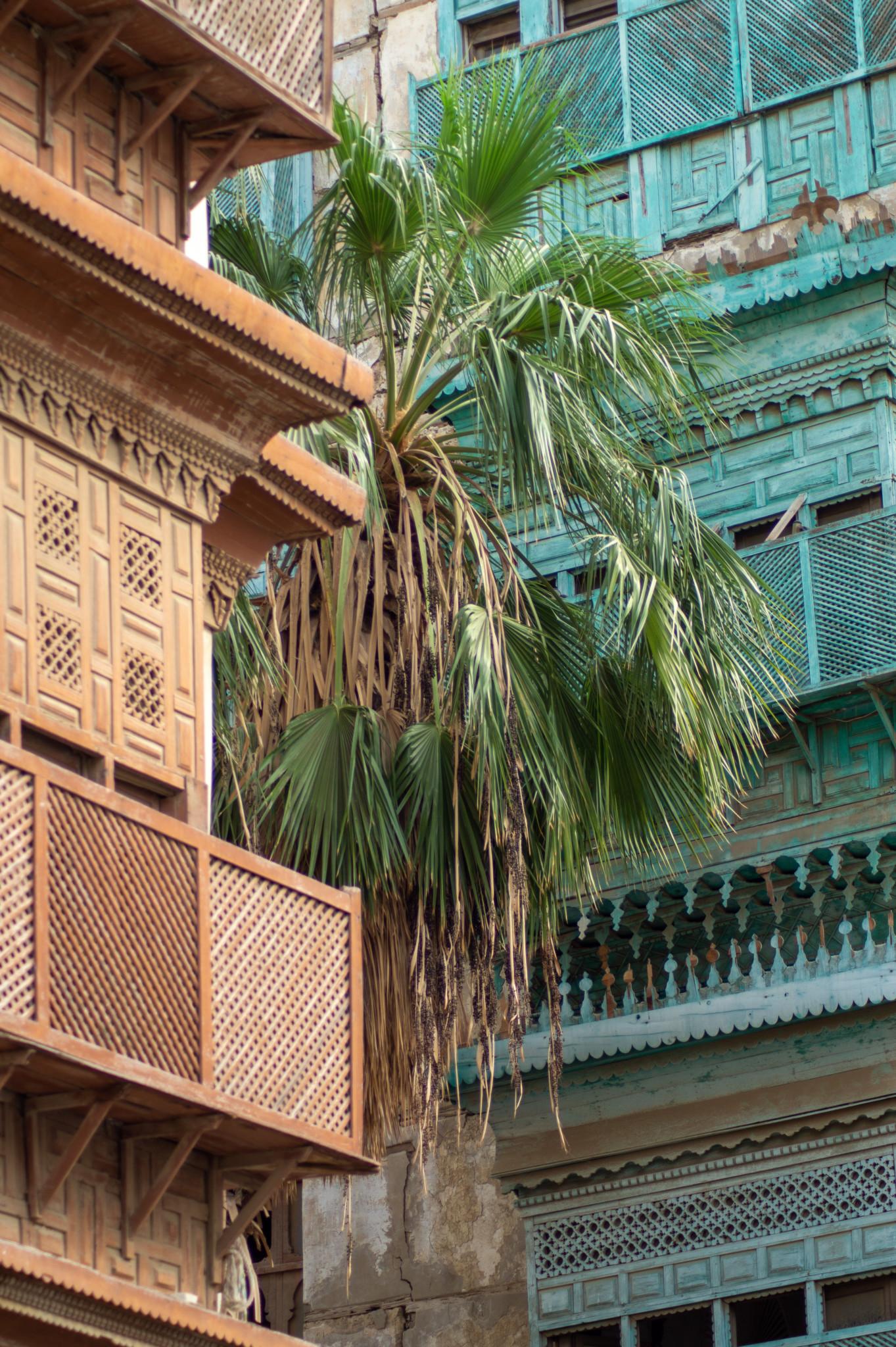 Palmen und hölzerne Details an den Häusern in der Altstadt von Jeddah