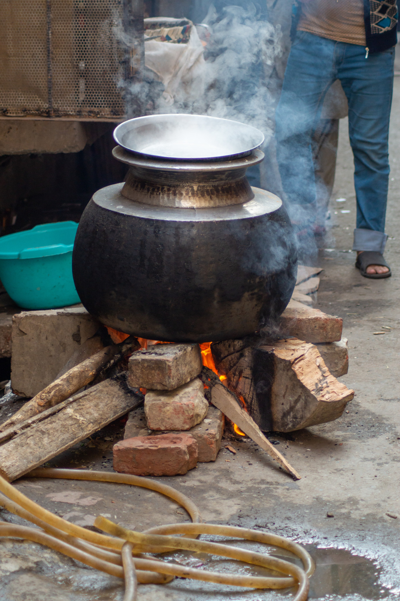 In den Töpfen brutzelt pakistanisches Essen vor sich hin