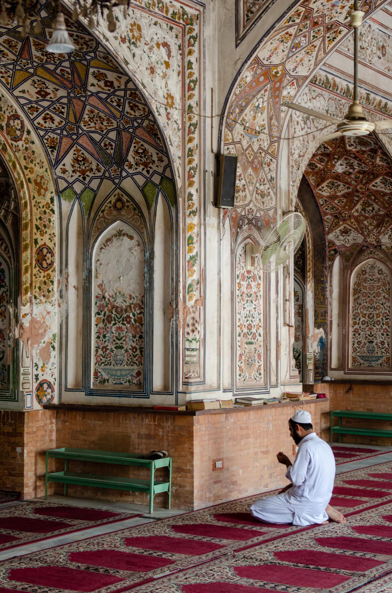 Betender in der Moschee von Peschawar