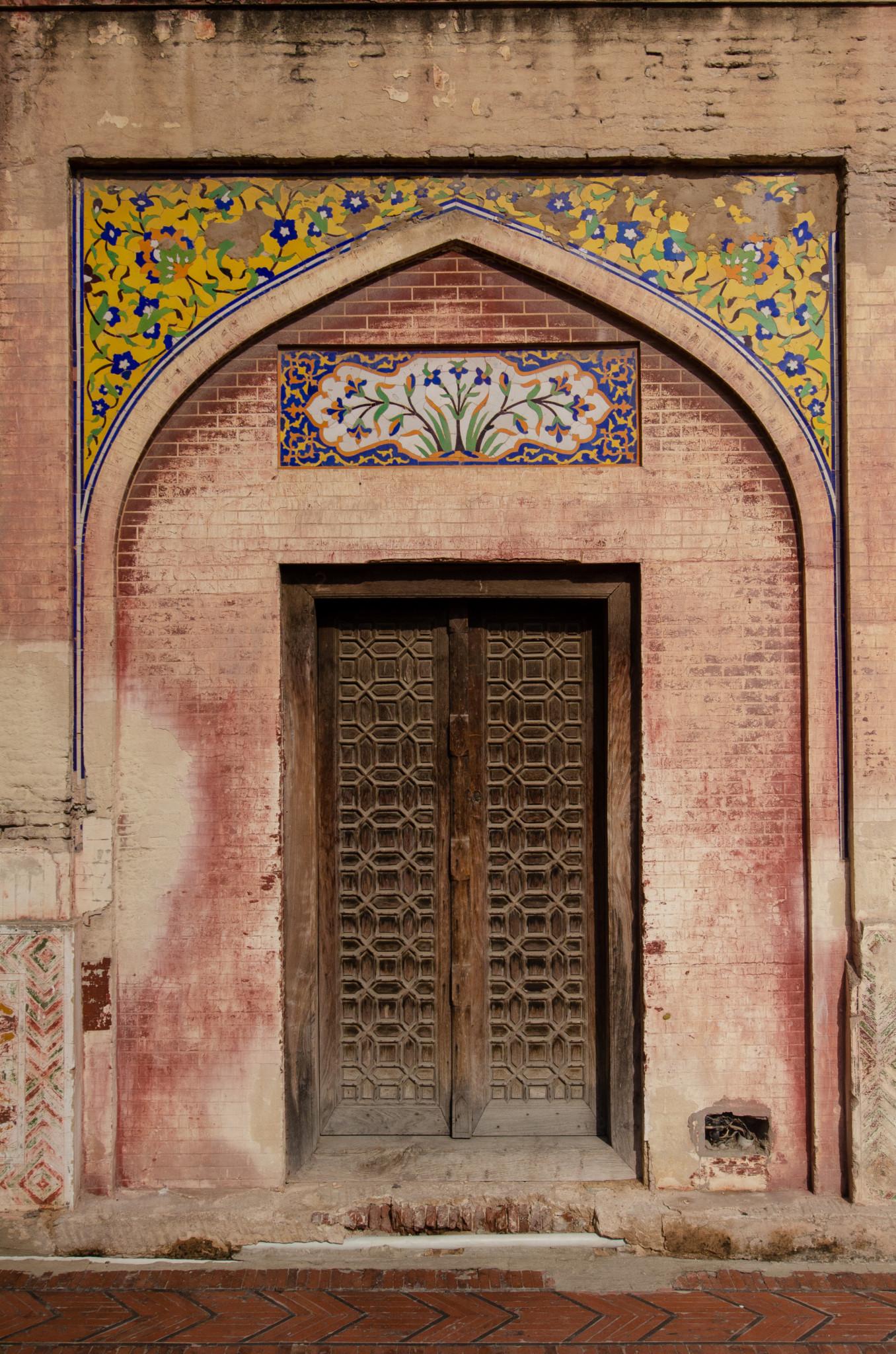 Bemalte Eingangstür zur Moschee in Lahore